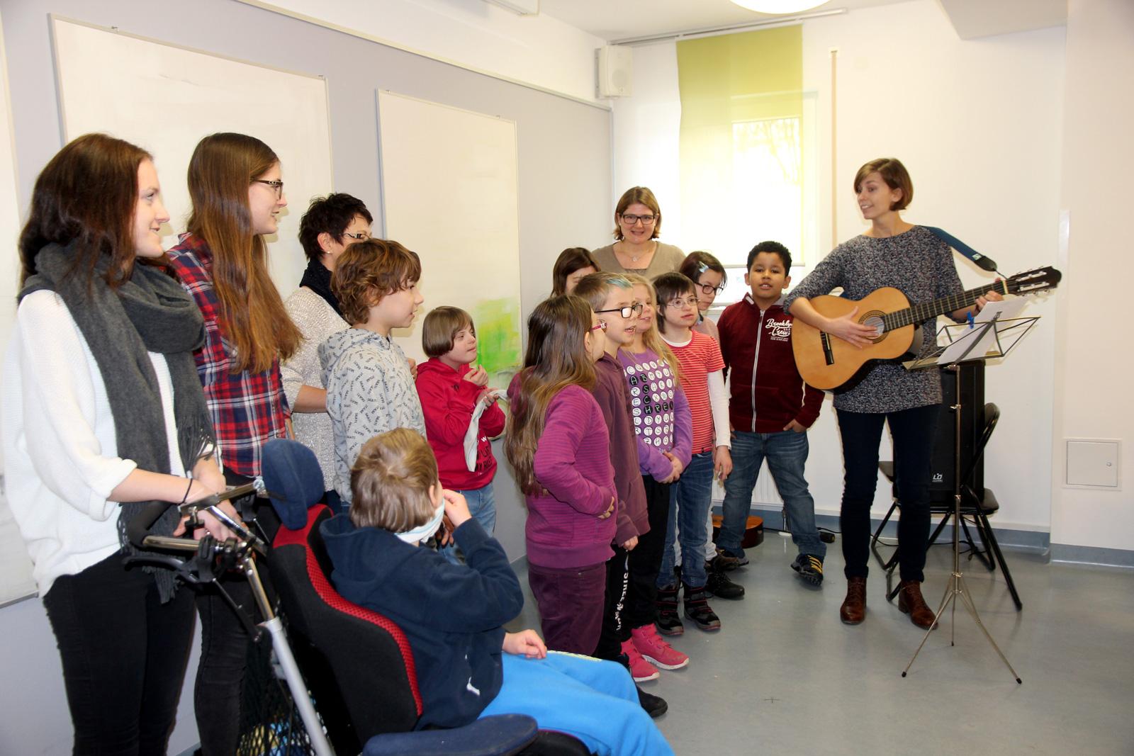 Der Schulchor der Dr. Bernhard Leniger und die Schmetterlinge gratulierten musikalisch!