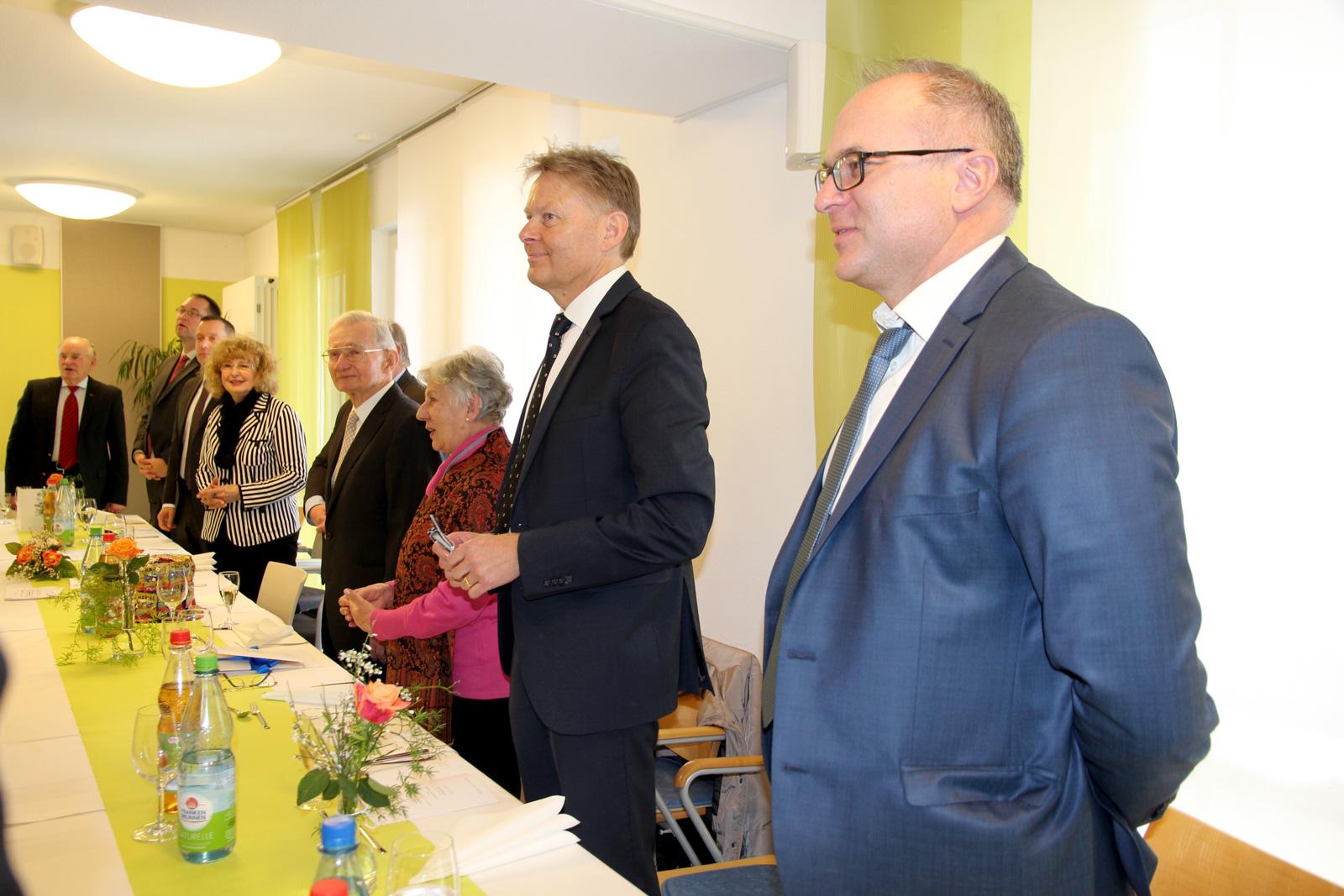 """Beim """"Happy Birthday"""" unterstützten die Gäste Schulchor und die Lebenshilfe-Band """"Schmetterlinge""""."""