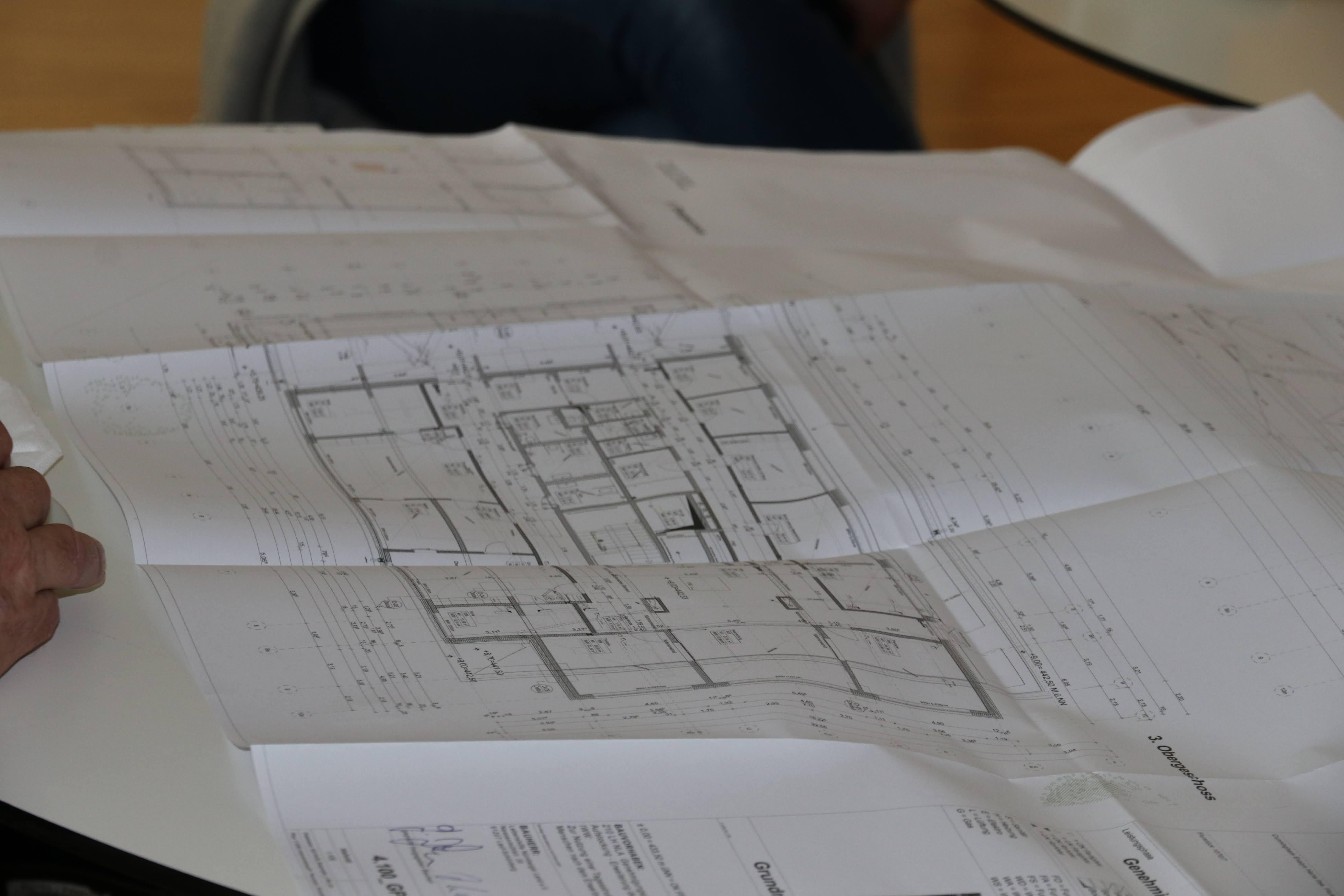 Beim Ortstermin erläuterte das Architektenteam gegenüber Bürgermeister Tabor und den Lebenshilfe-Verantwortlichen auch den Grundriss.