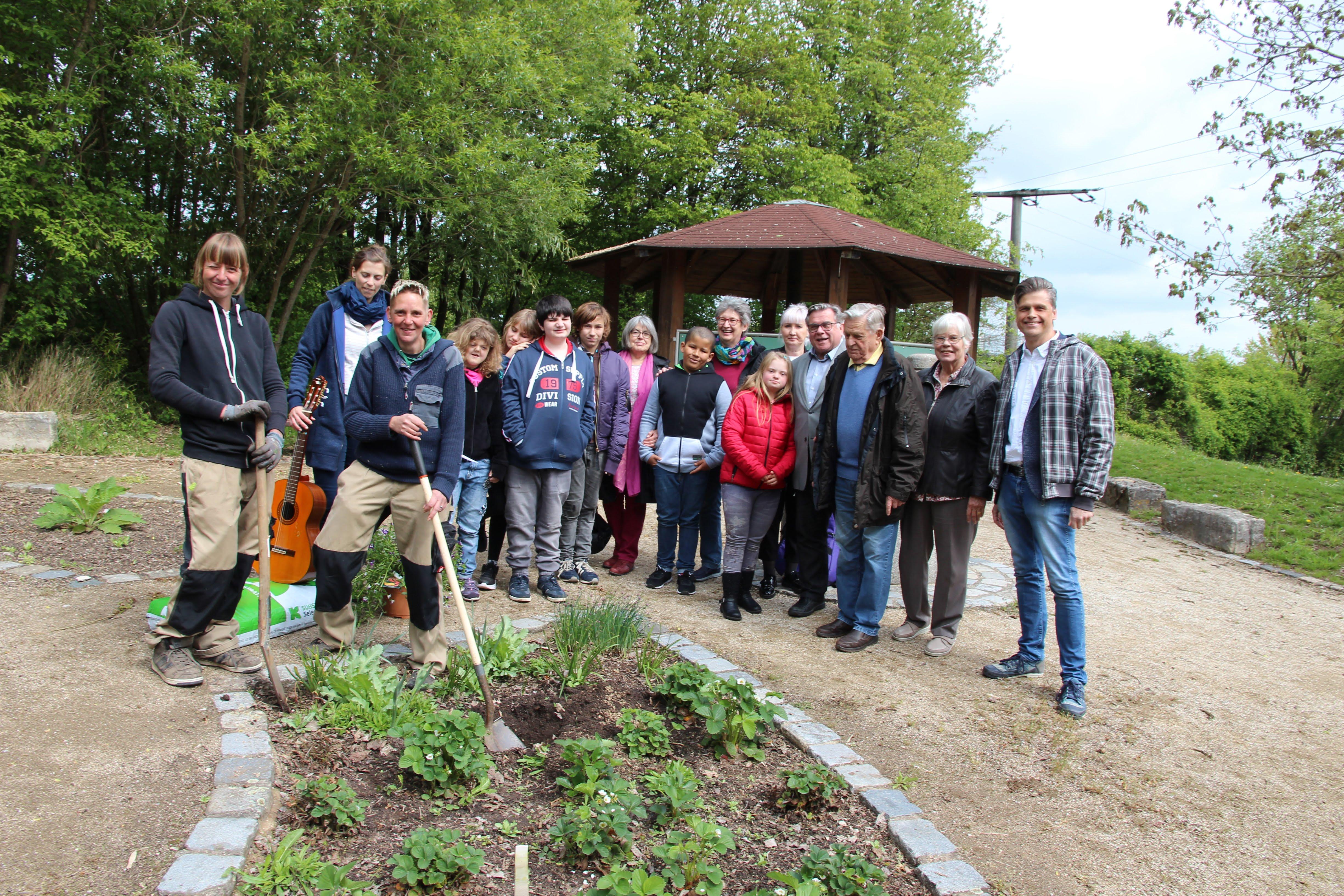 Mit einem Lied hieß die kleinen Lebenshilfe-Delegation im Kräutergarten der Dr. Bernhard Leniger Schule das blühende Jubiläumsgeschenk der Rosengärtnerei Kalbus willkommen.