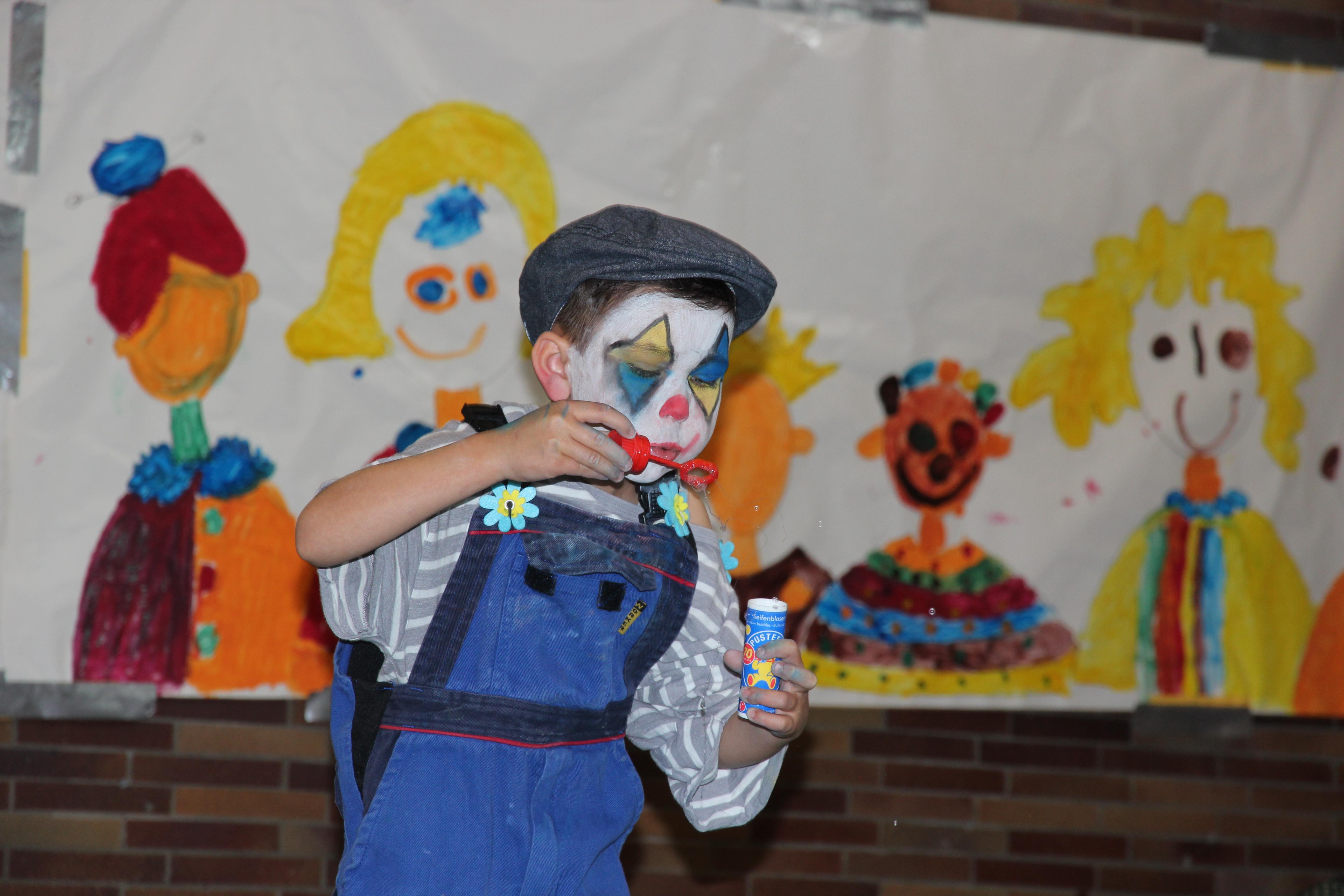 Beim großen Jubiläumsfest der Kita Rollhofen wurden Kinder zu Artisten und Clowns.