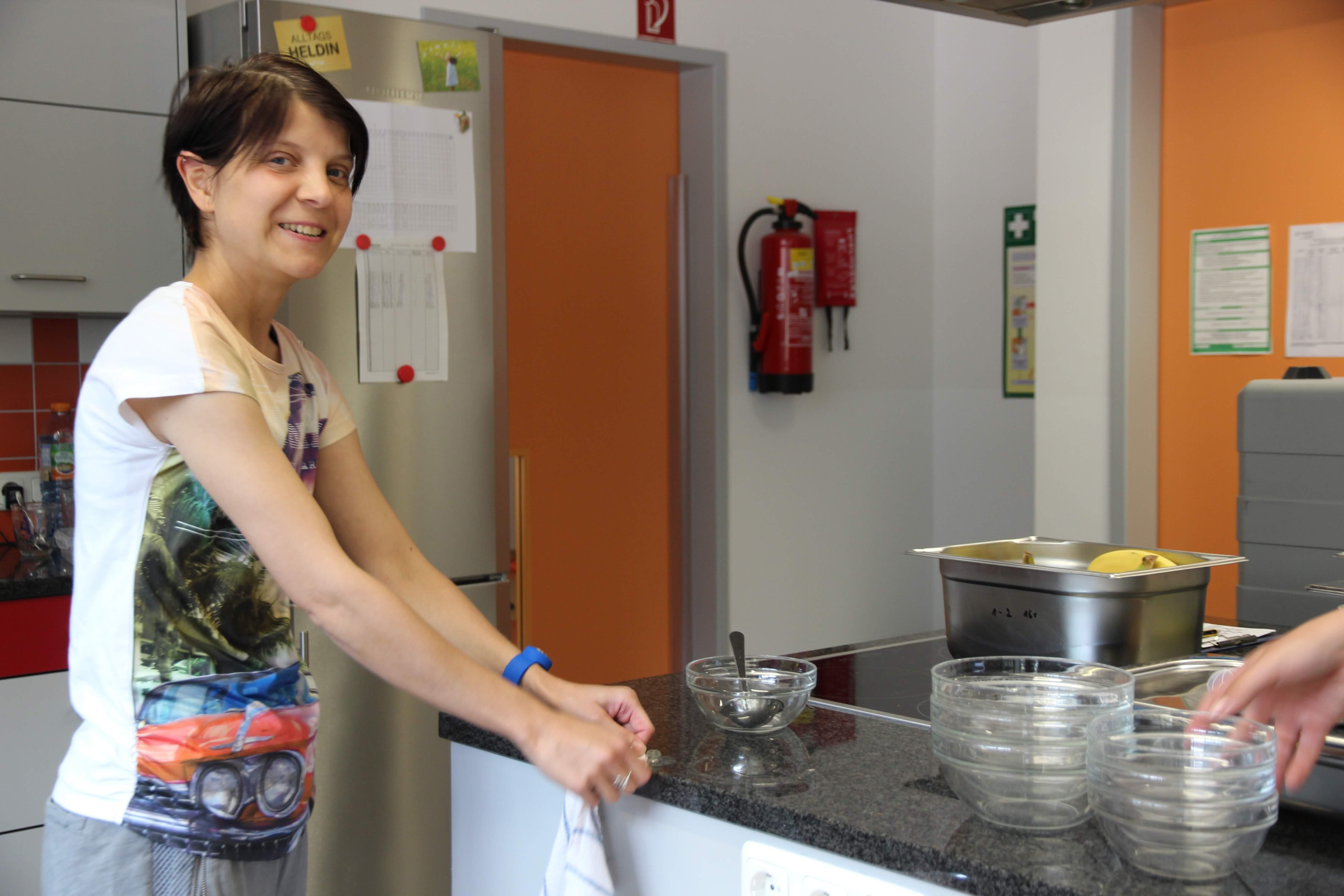 Ein Foto (aus 2018) von Christine Oehm. Souverän unterstützt sie das Kita-Team, hier beispielsweise bei der Essensausgabe. Das Mittagessen kommt übrigens aus der Küche der Moritzberg-Werkstätten.