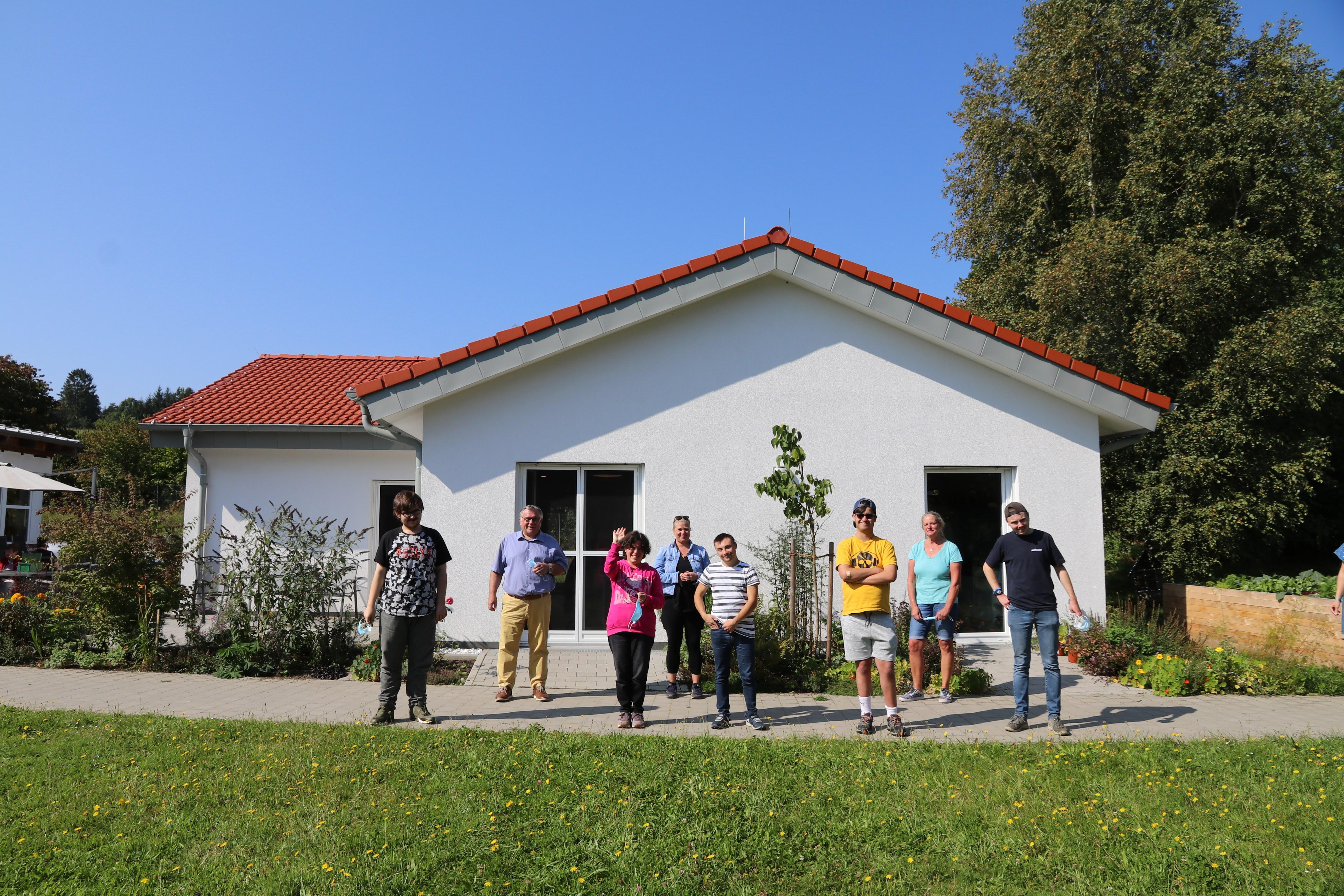 Eine Außenaufnahme vor dem neuen BBB-Gebäude mit den BBB-Teilnehmer*innen 21/23 ohne Maske; noch gilt auf dem Gelände der Werkstätten Maskenpflicht.