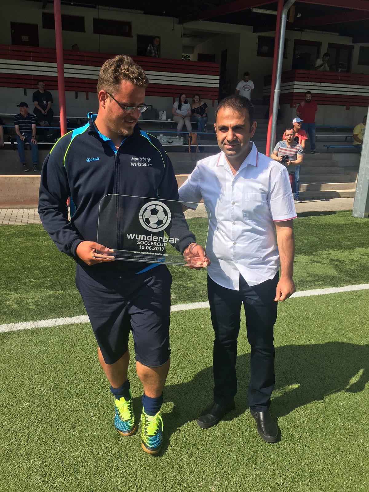 Dankte für den wunderbaren Einsatz im Turnier und lud das Team Lebenshilfe zum nächsten Cup 2018 ein: Wunderbar-Chef-Yusuf Delikaya mit Moritz-Keeper Tino Gerhardt.