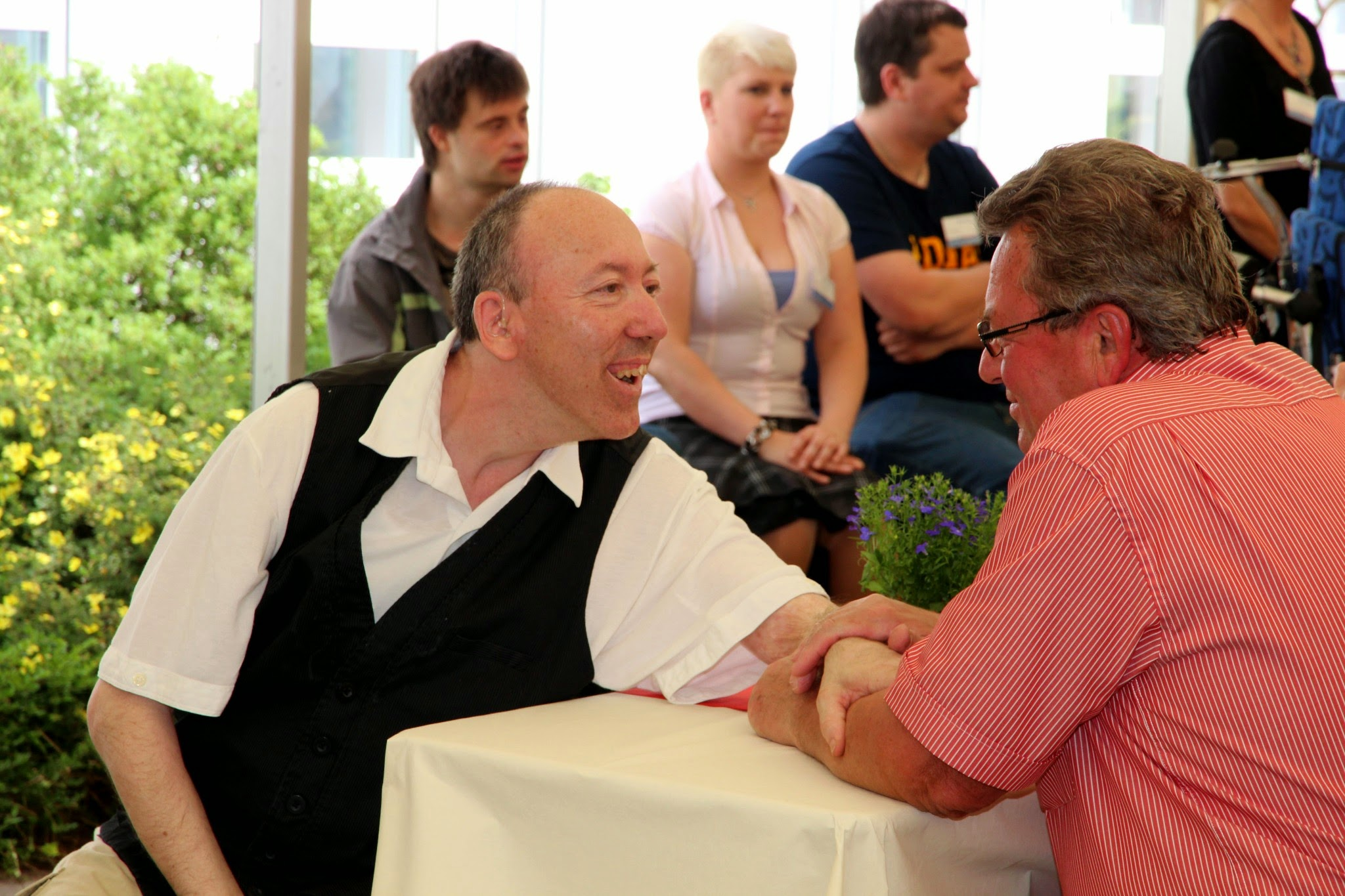 ... spürbar menschlich.: Klaus Hähnlein hier mit Jürgen Bleisteiner, einem Bewohner unserer Wohnstätte am Bitterbach.
