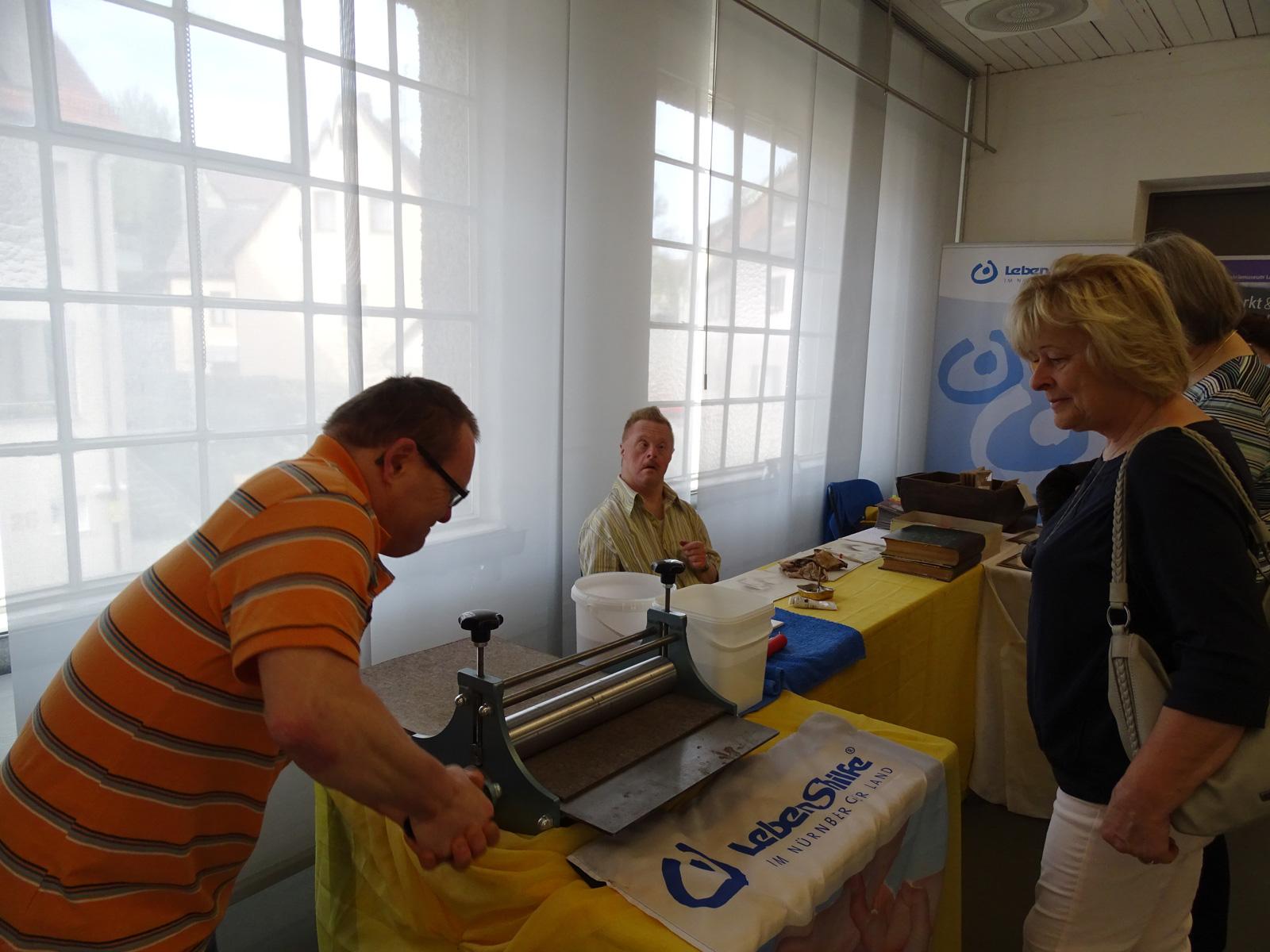 Druckplattenschwärzen, Papierpressen ... Andreas Beck zeigt, wie anstrengend das Druckhandwerk einst war.