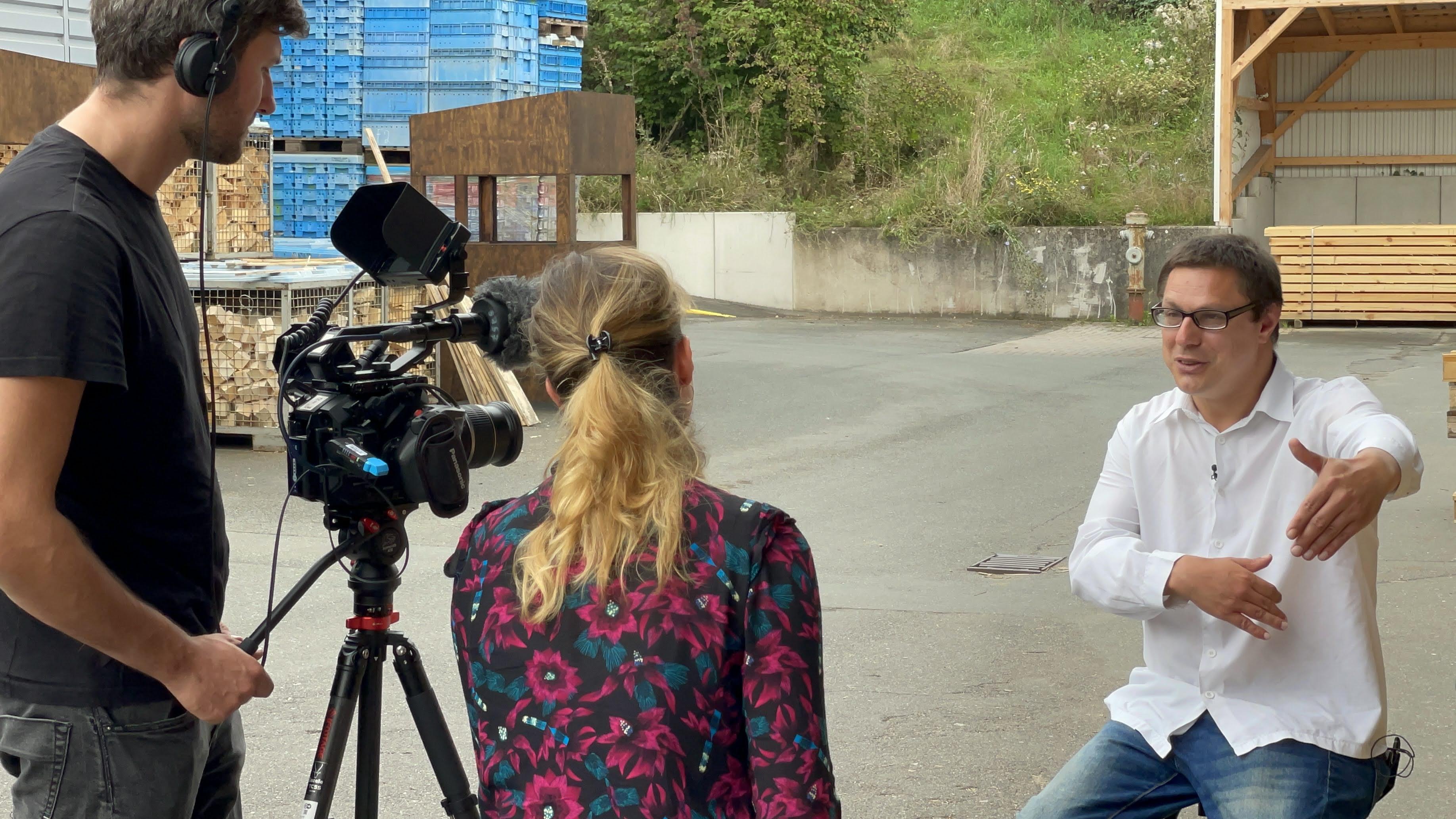 Thomas Obst (46) wurde vom Kamerateam der DW – hier im Gespräch mit Reporterin Luisa von Richthofen – an seinem Arbeitsplatz, den Moritzberg-Werkstätten in Lauf-Schönberg, interviewt.