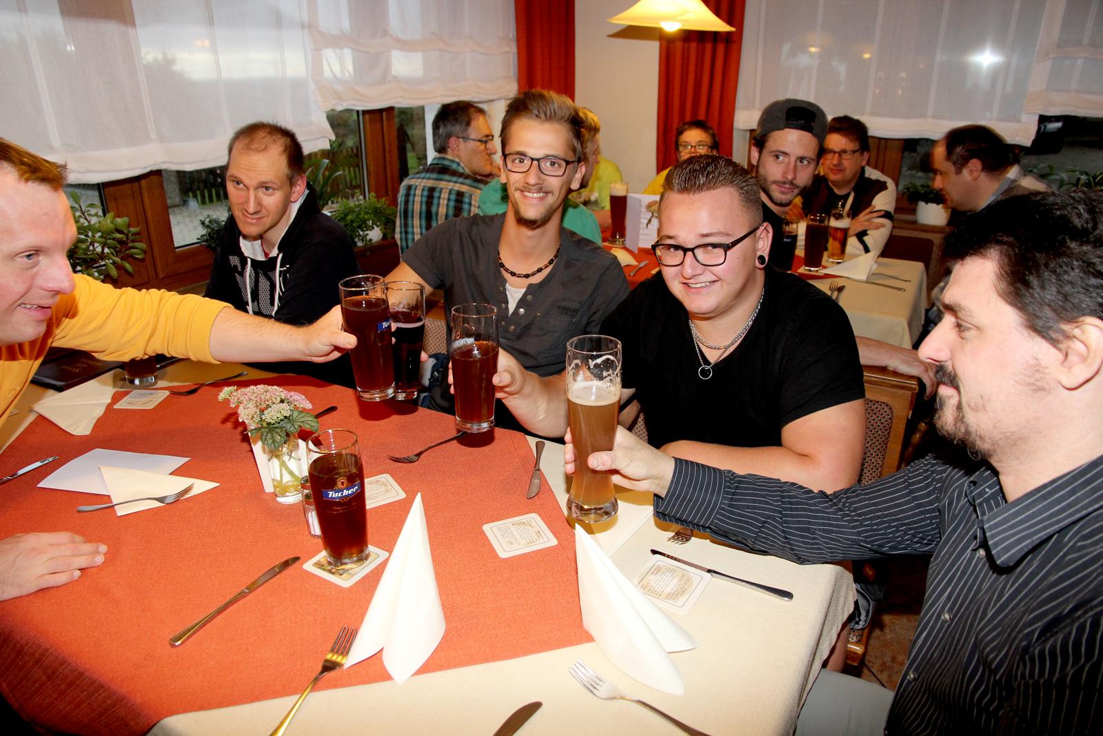 Einmal im Monat treffen sich die Bewohner zum Männerstammtisch: Der FAKS-Student (Mitte) unterstützt die Lebenshilfe-Mitarbeiter Daniel Schnaubelt (rechts) und Lukas Mundt (Tisch, hinten).
