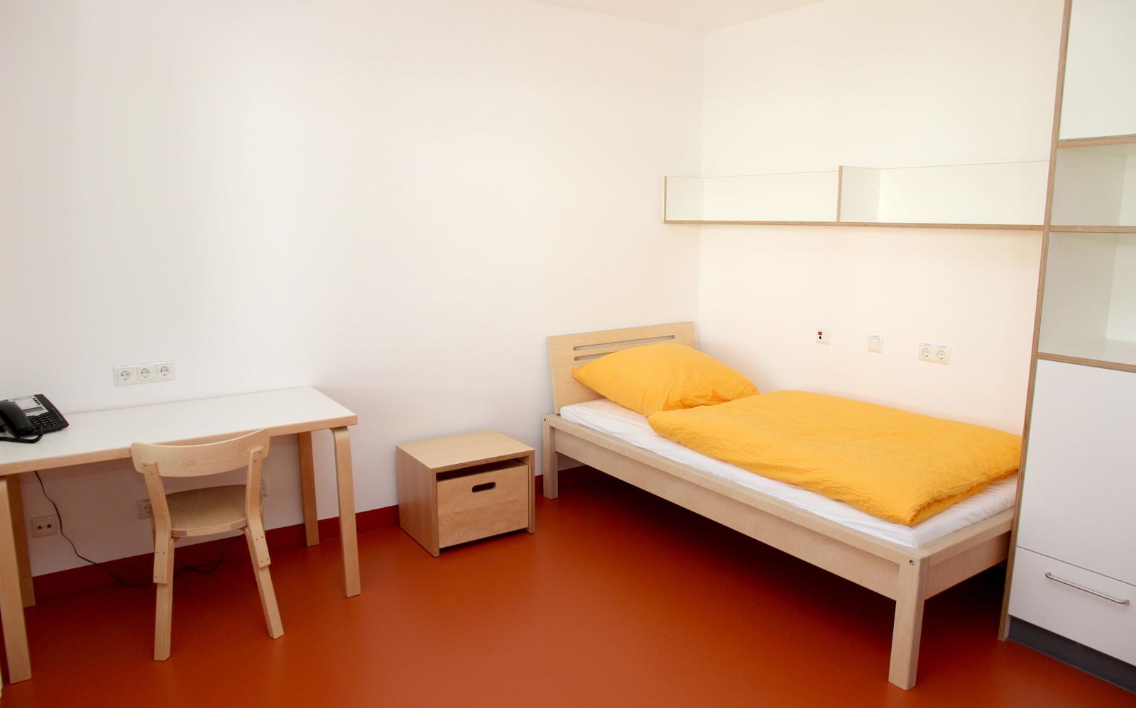 Leben und Wohlfühlen inklusive: Die Apartments sind bereits mit Bett, Sofa, Tisch und Schrank, möbliert.