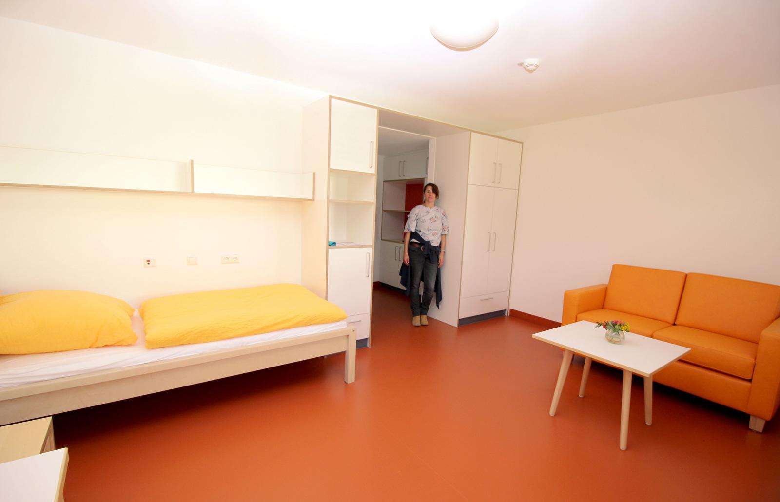 Petra Taubmann, hier im noch freien Apartment im 1. OG, freut sich auf Mietinteressenten.