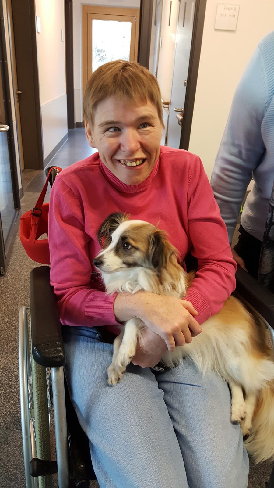 Bewohnerin Sonja Spieß freute sich über den Besuch von Hund Lilli.