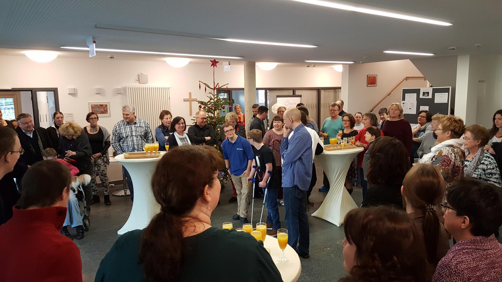 """Gut besucht war die beschauliche Adventsfeier des neuen Wohnheims """"Inklusive Wohnwelt"""" in Altdorf am dritten dventswochenende.Bewohner und Mitarbeiter hatten Angehörige und Vorstand zum gemütlichen Adventskaffee eingeladen."""