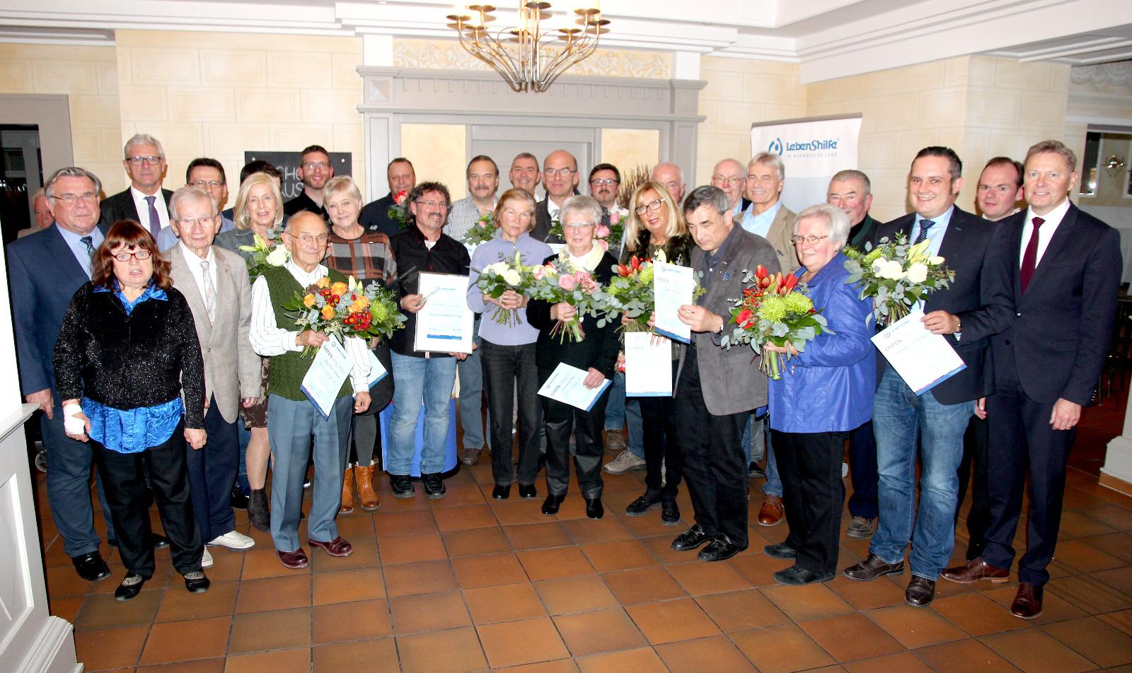 ... unser Foto zeigt langjährige Mitglieder der Lebenshilfe Nürnberger Land, die im Rahmen der Jahreshauptversammlung für ihre Treue geehrt wurden – mit Vorstand und Geschäftsleitung.