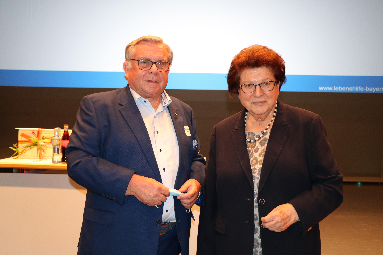 Foto zeigt die wiedergewählte 1. Vorsitzende der Lebenshilfe Bayern e. V. Barbara Stamm und den stellvertretenden LandesvorsitzendenGerhard John. Foto: Anita Sajer, 2021.