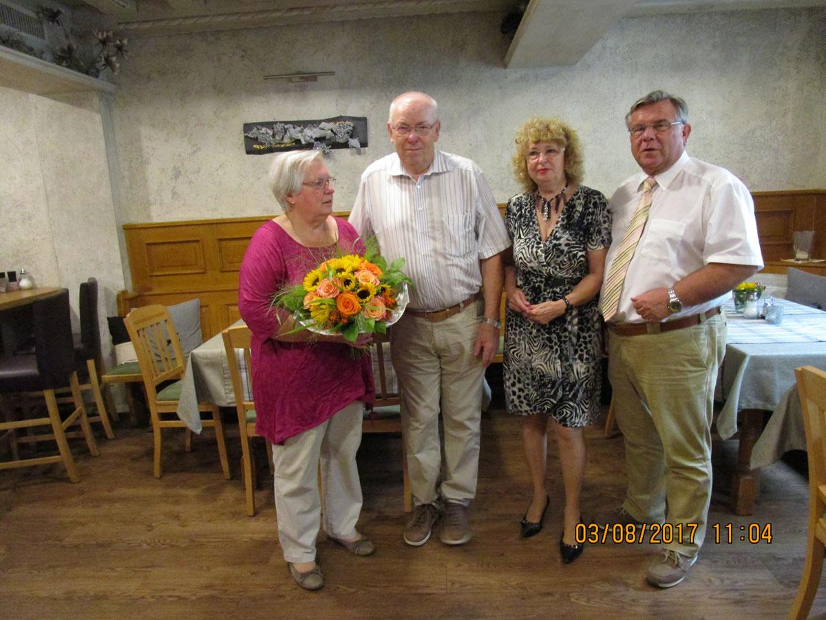 im Namen der Lebenshilfe überbrachte 1. Vors. Gerhard John, der von seiner Frau Inge begleitet wurde, herzliche Glückwünsche an seinen Vorstandskollegen Günther Spieß, hier mit Ehefrau Liane , zu dessen Siebzigsten.
