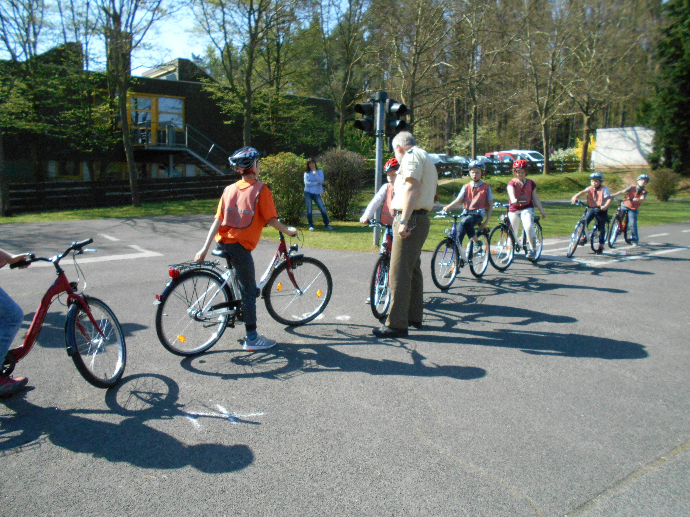 Viele Schilder, viele Regeln! Sieben Schüler der Dr. Bernhard Leniger Schule haben die Radfahrprüfung 2018 bestanden.