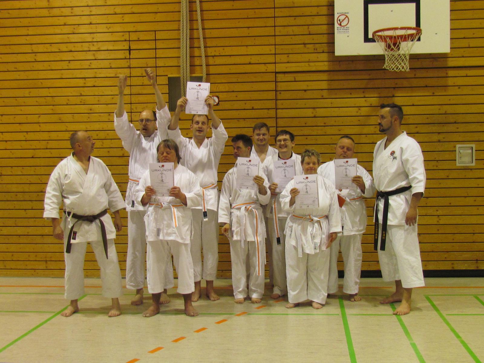 Stolz halten Norman Seidel, Roland Hofmann, Walter Philipp, Matthias Sitzmann, Heike Neumann, Jan Sommerer und Matthias Voit ihre Urkunden in die Kamera.