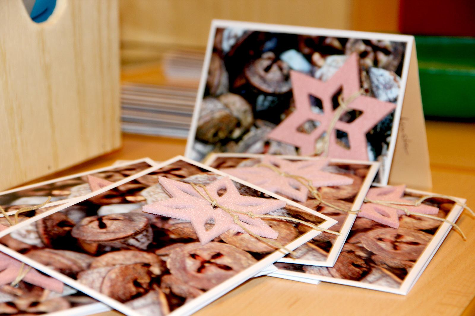 Einfach ein edler Hingucker. Die Grußkarten mit saisonalen Motiven und in 3D-Optik produziert Edith Tapprogge im Kunstunterricht mit ihren Schülern. Ganz neu ist das Weihnachtsmotiv mit Gewürzen und aufgefädeltem Filzstern.