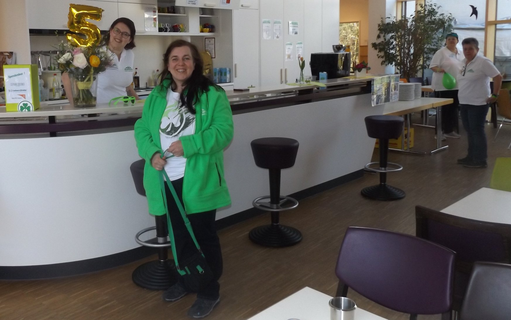 Katrin Schmidt mit Leib und Seele Fußball- und Greuther-Fan. Seit ist die Frau mit Unterstützungsbedarf auch offizielles Vorstandsmitglied des Kleeblatttreffs unterm Moritzberg e. V.