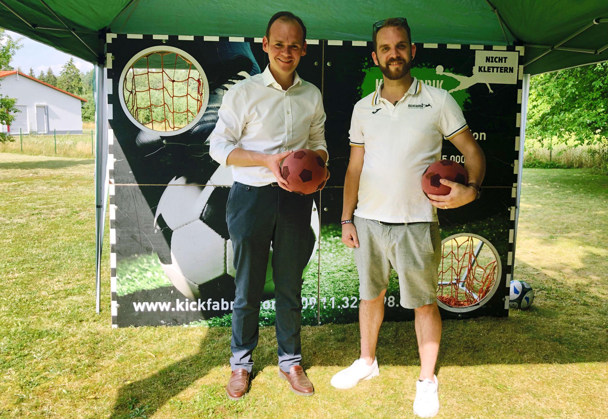 Spendenübergabe: Kickfabrik Lauf spendet Erlös der Versteigerung liegen gebliebener Sportklamotten zu Gunsten von Menschen mit Behinderung.