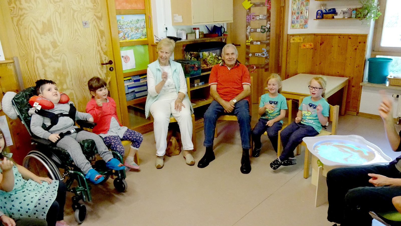 Statt Geschenke wünschte sich Jubilar Xaver Ehrnsberger (Bildmitte mit Ehefrau) zu seinem Achtzigsten einen Obolus für die Lebenshilfe-Kita in Hersbruck.