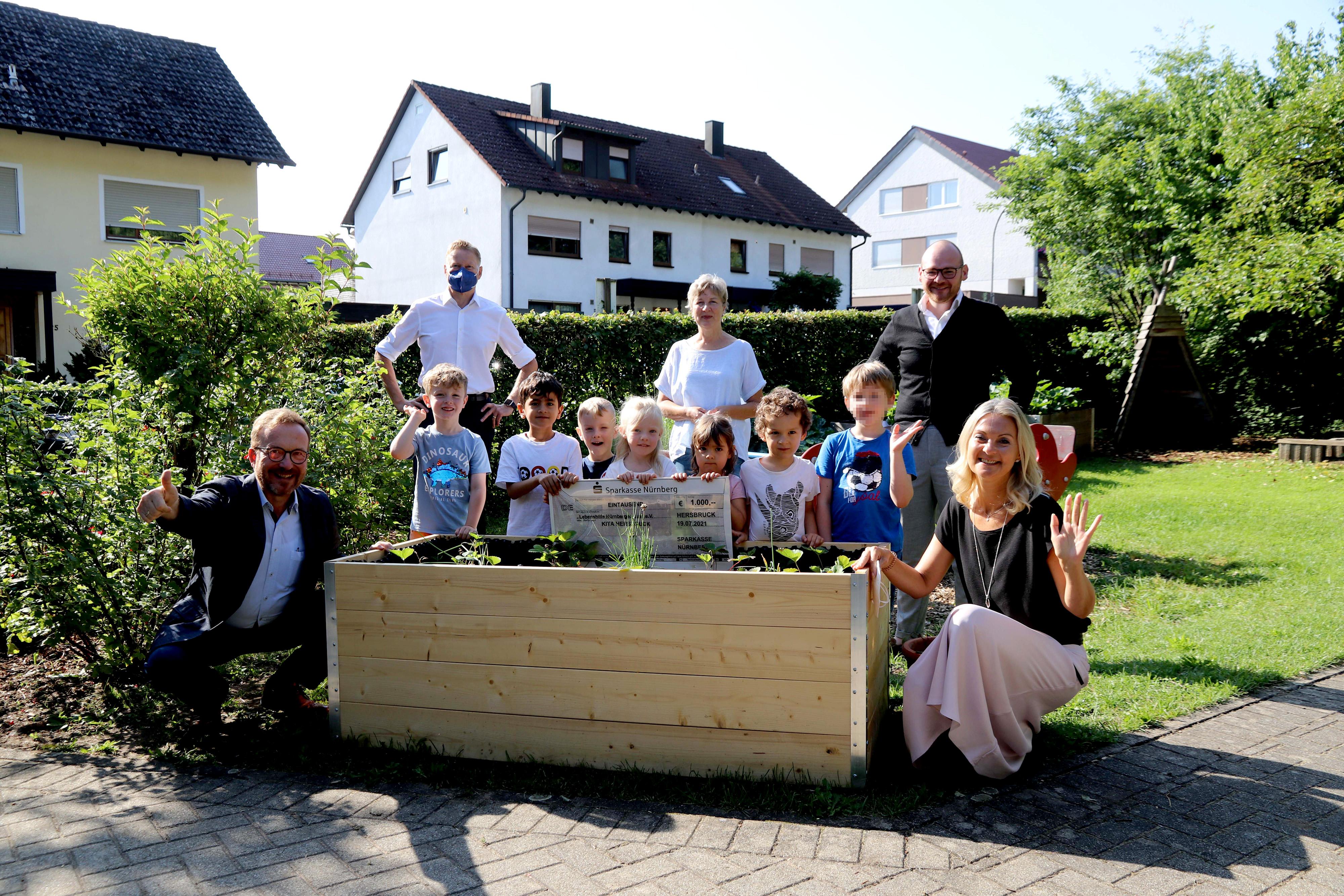 Große Freude bei den Hersbrucker Kita-Kindern über das neue Hochbeet, das mit der Spende über 1000 Euro Erdbeeren wachsen lässt. v. l. Otfried Bürger, Norbert Dünkel, Sabine Hartmann, Dennis Kummarnitzky und Simone Heubeck.
