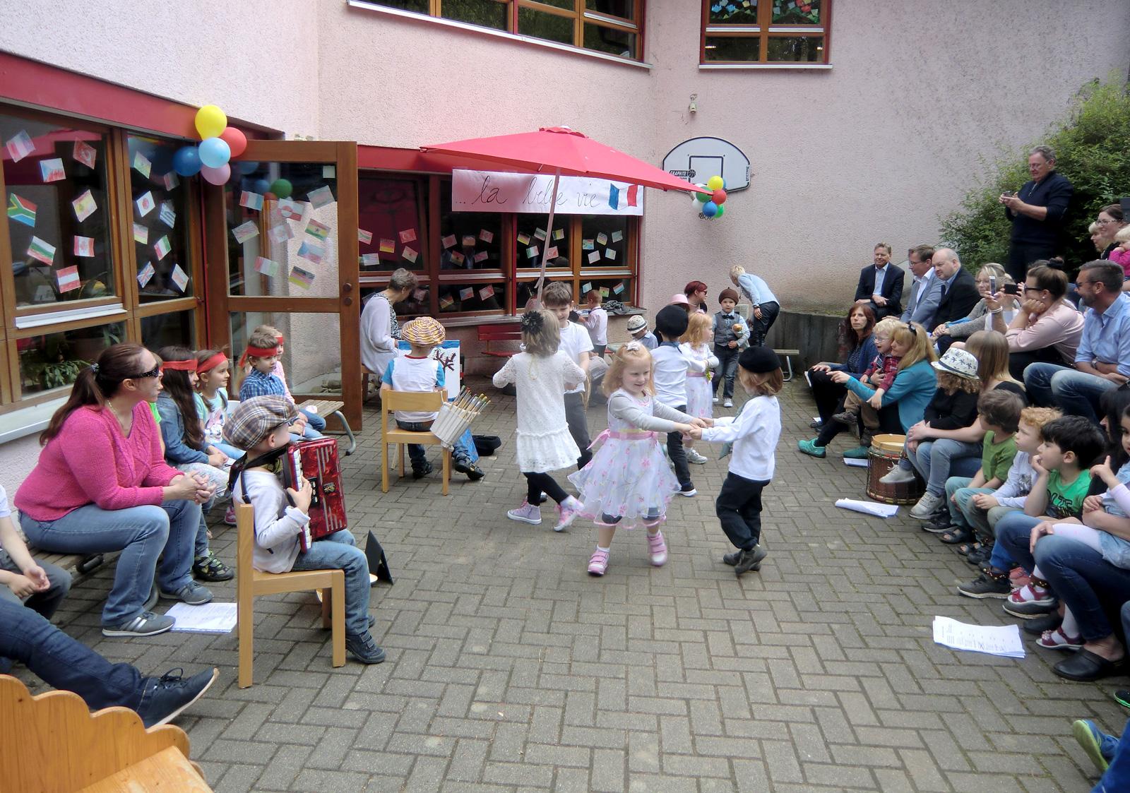 Gäste erfreuten sich beim Sommerfest der Inlusiven Kita Hersbruck an den launigen Darbietungen der Buben und Mädchen.