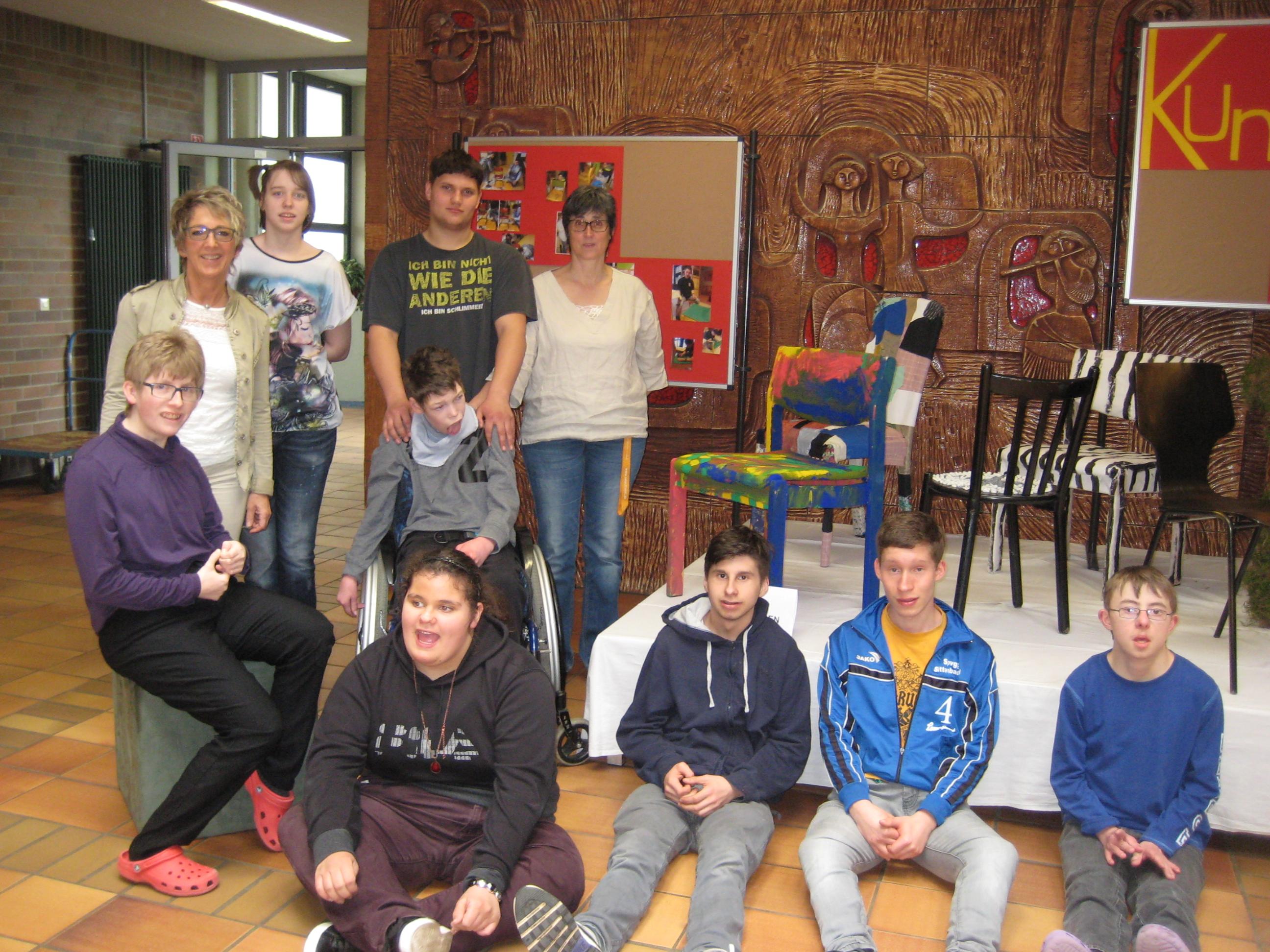 Die Aufgabe, alten Stühlen ein neues Outfit zu verpassen, setzte die Berufsschulstufe 2 mit ihrer Klassenlehrerin, Sabine Hegendörfer-Schmidt, im Kunstunterricht um.