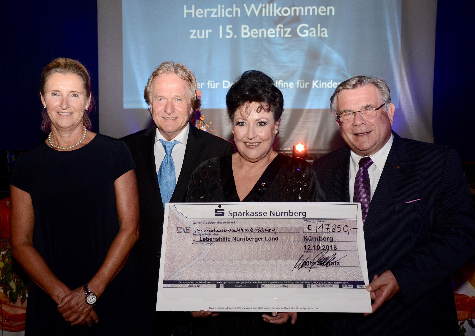 Eine weitere Spende rundete die Zahl auf dem Scheck auf 20.150 Euro auf. Ein neues Rekordergebnis der 15. Gala von Ute Scholz mit der sich (v.l.) die stellvertretende Vorsitzende der Lebenshilfe, Monika Haslberger, Dr. Lorenzo von Fersen, Projektleiter de