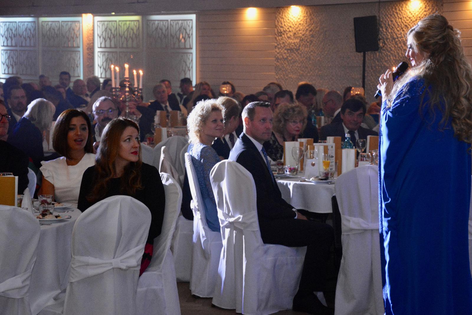 Die Sängerin Sandra van de Pol eröffnete die Gala musikalisch. Foto: Lorenz Märtl
