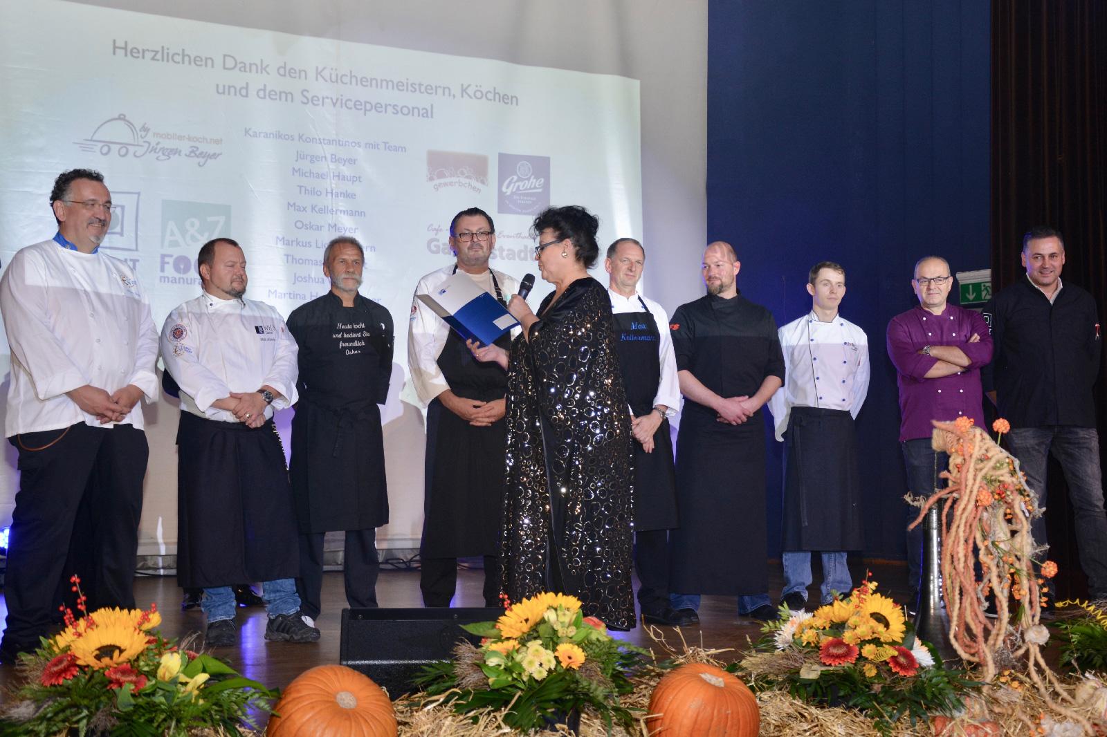 Ute Scholz mit der Brigade der Küchenmeister und Köche, die für die kulinarischen Köstlichkeiten verantwortlich war. Foto: Lorenz Märtl