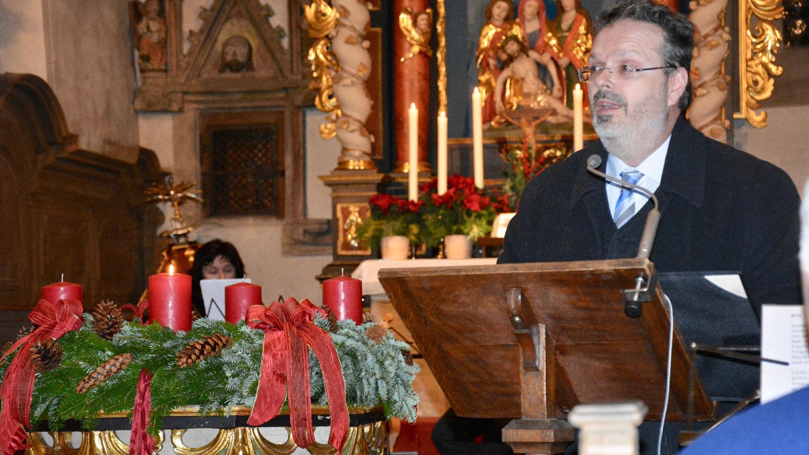 Thomas Viewegh las Geschichten und Gedichte bekannter und weniger bekannter Autoren, die zum Nachdenken anregten, aber auch weihnachtliche Freude zum Ausdruck brachten.
