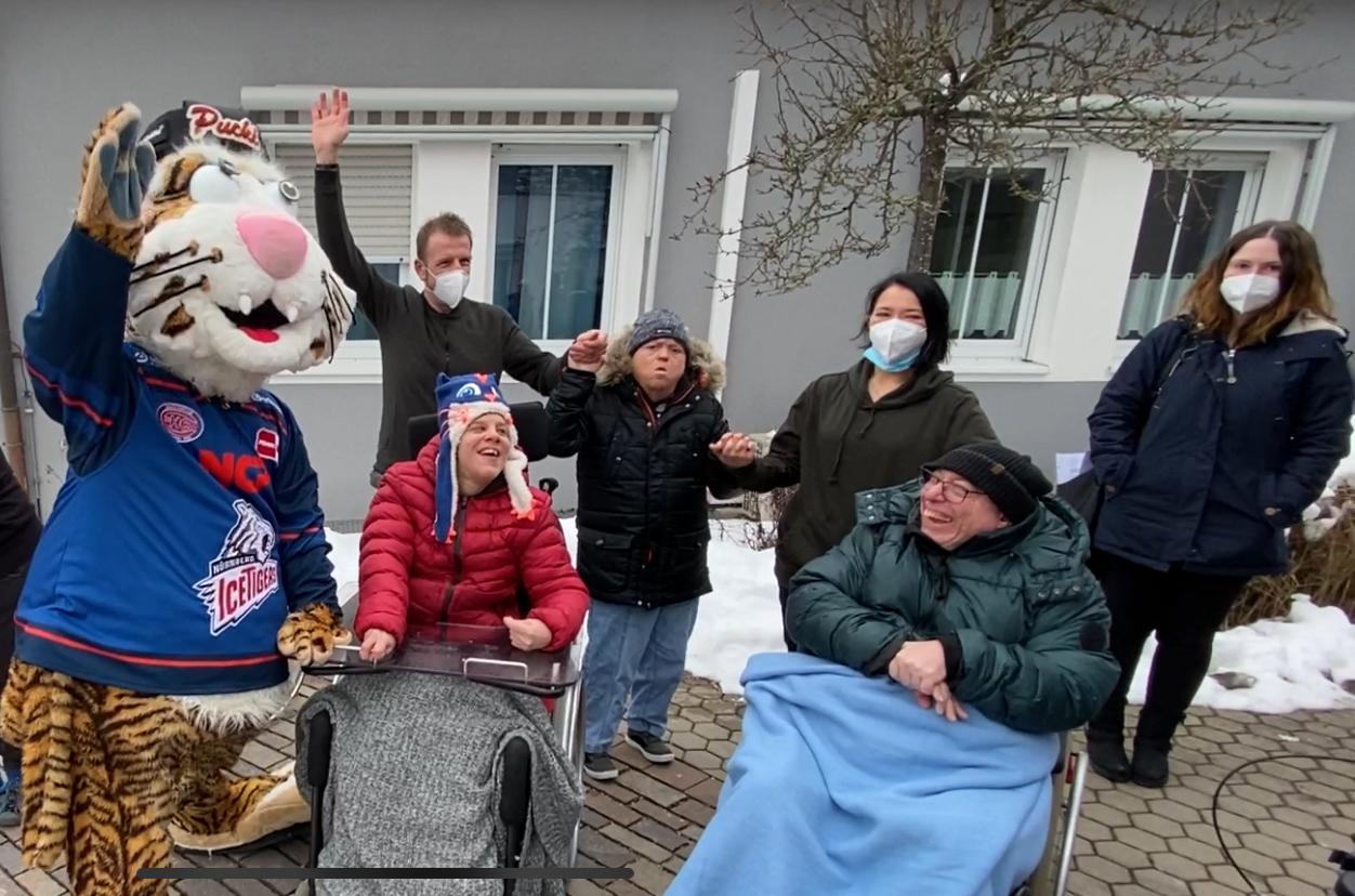 Faschingsfreuden: IceTigers-Maskottchen Pucki besuchte die Bewohner des Wohnheims am Haberloh und bescherte der Wohnheim-Familie in mehrfacher Hinsicht süße Momente.