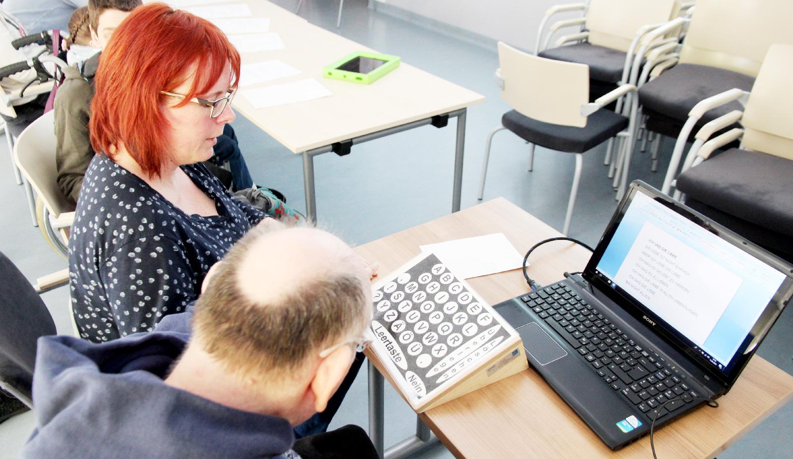 Gestützte Kommunikation ermöglicht Menschen mit Mehrfachbehinderung beispielsweise Texte zu schreiben; die Zeitungsgruppe der Förderstätten begleitete das Projekt in Wort und Bild.