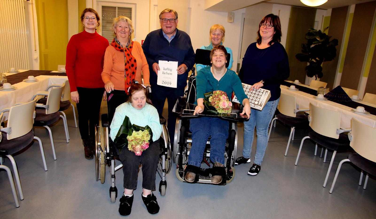Erfolgreich mit Luft und Liebe ... Katrin Chrupala und Tanja Hopf heimsten Literaturpreise bei Wortfinder-Wettbewerb ein. John beglückwünschte die Preisträgerinnen im Namen der Lebenshilfe-Famlie.