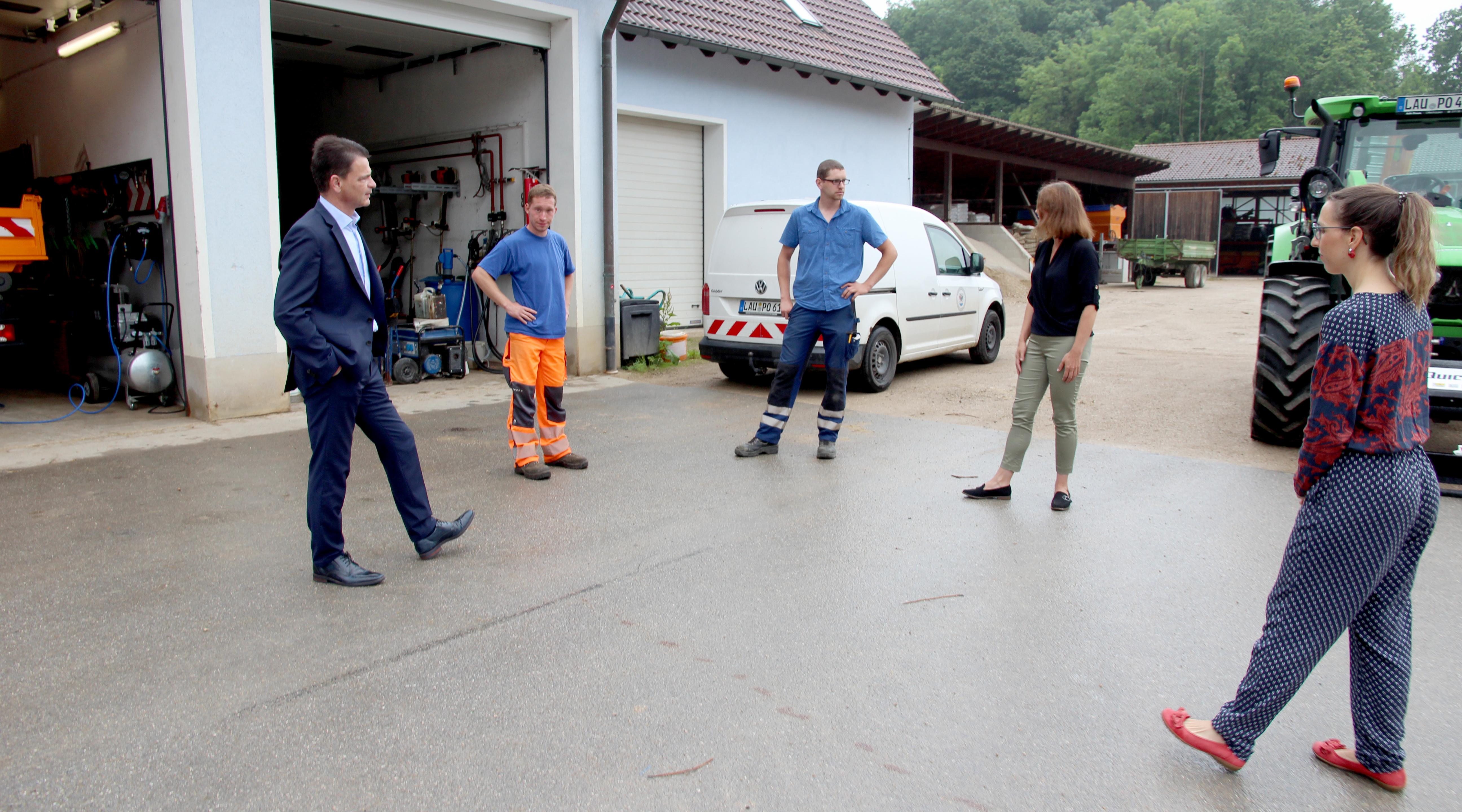 Lukas Wirth ist sichtlich stolz, dass heute 1. Bürgermeister Jörg Fritsch wegen eines Fototermins mit ihm zum Bauhof gekommen ist.