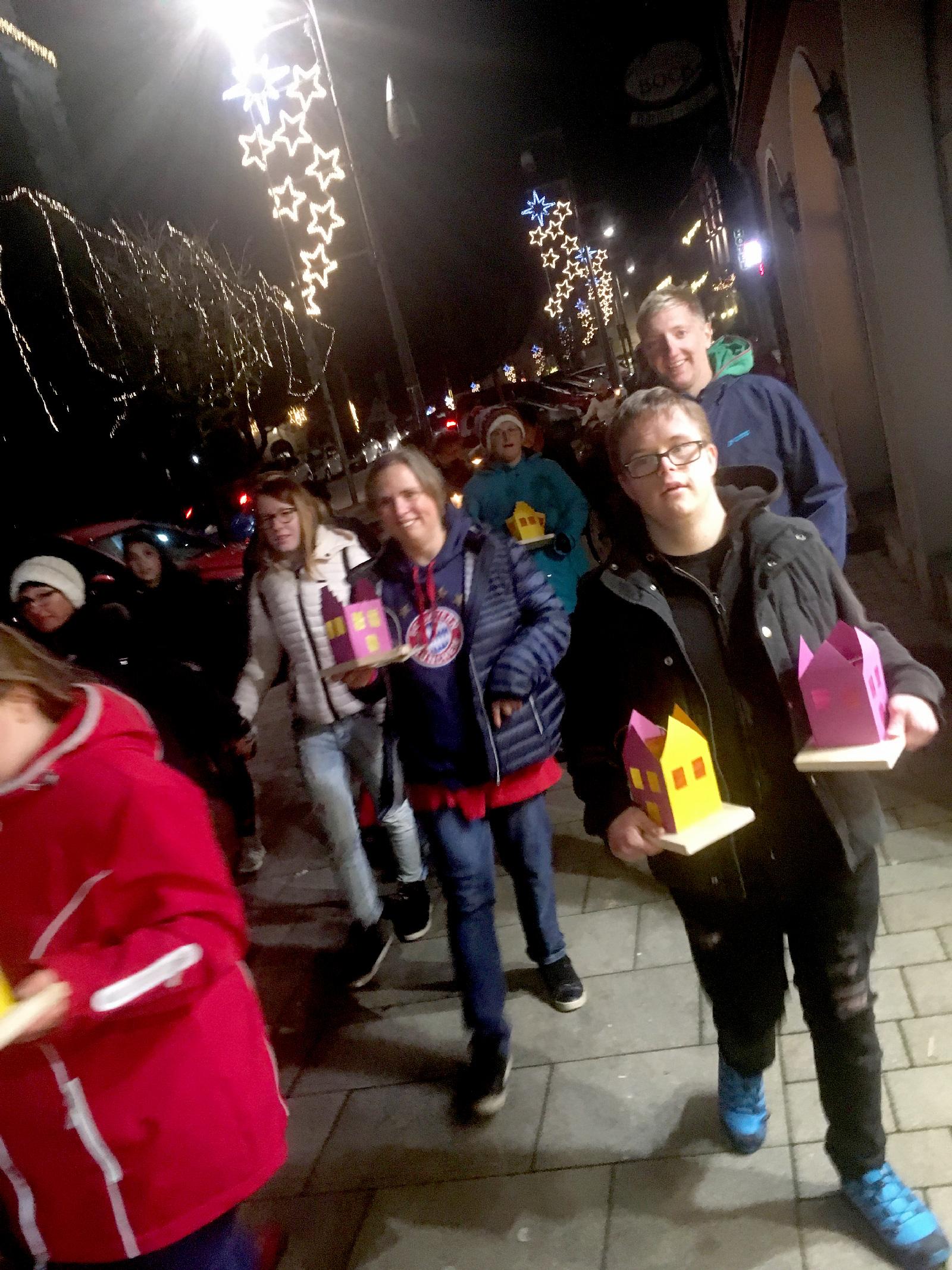 Eindrucksvoll schön: IWW-Bewohner feiern gemeinsam mit Altdorfer Seniorenkreis der Kath. Kirche das Lichterfest.