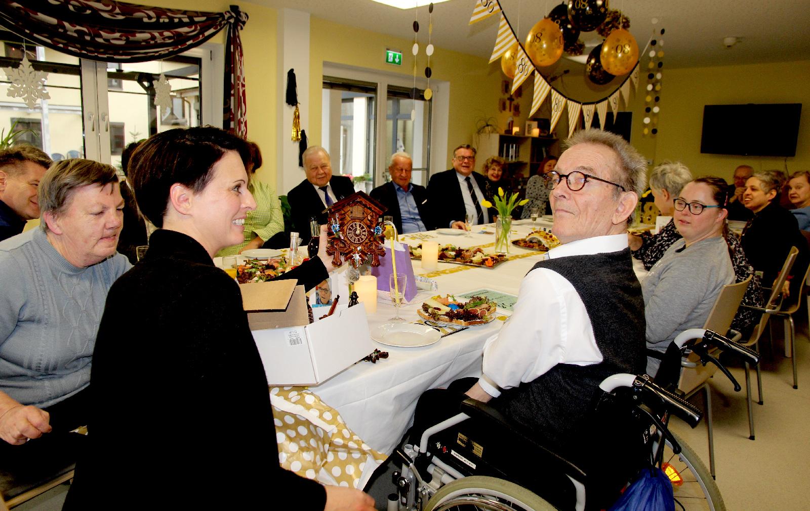 Zum Kuckuck! Endlich erfüllte sich Mahlichs lang gehegter Traum, eine Kuckucksuhr, die der Vorstand im Namen der Lebenshilfe schenkte.