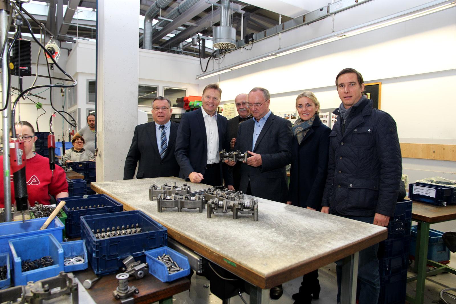 Interessierte Besucher der Maisel-Bau beim Rundgang der Moritzberg-Werkstätten.