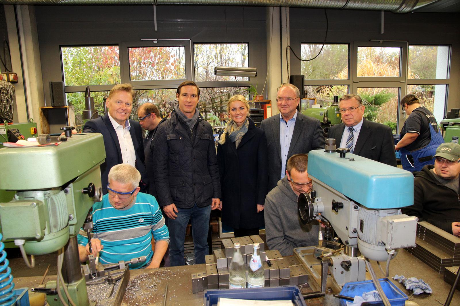 Einblicke in die Arbeitswelt von Beschäftigten mit Behinderung erhielt die Geschäftsleitung der Maisel-Bau beim Rundgang der Moritzberg-Werkstätten. Bildszene: Metallbereich.
