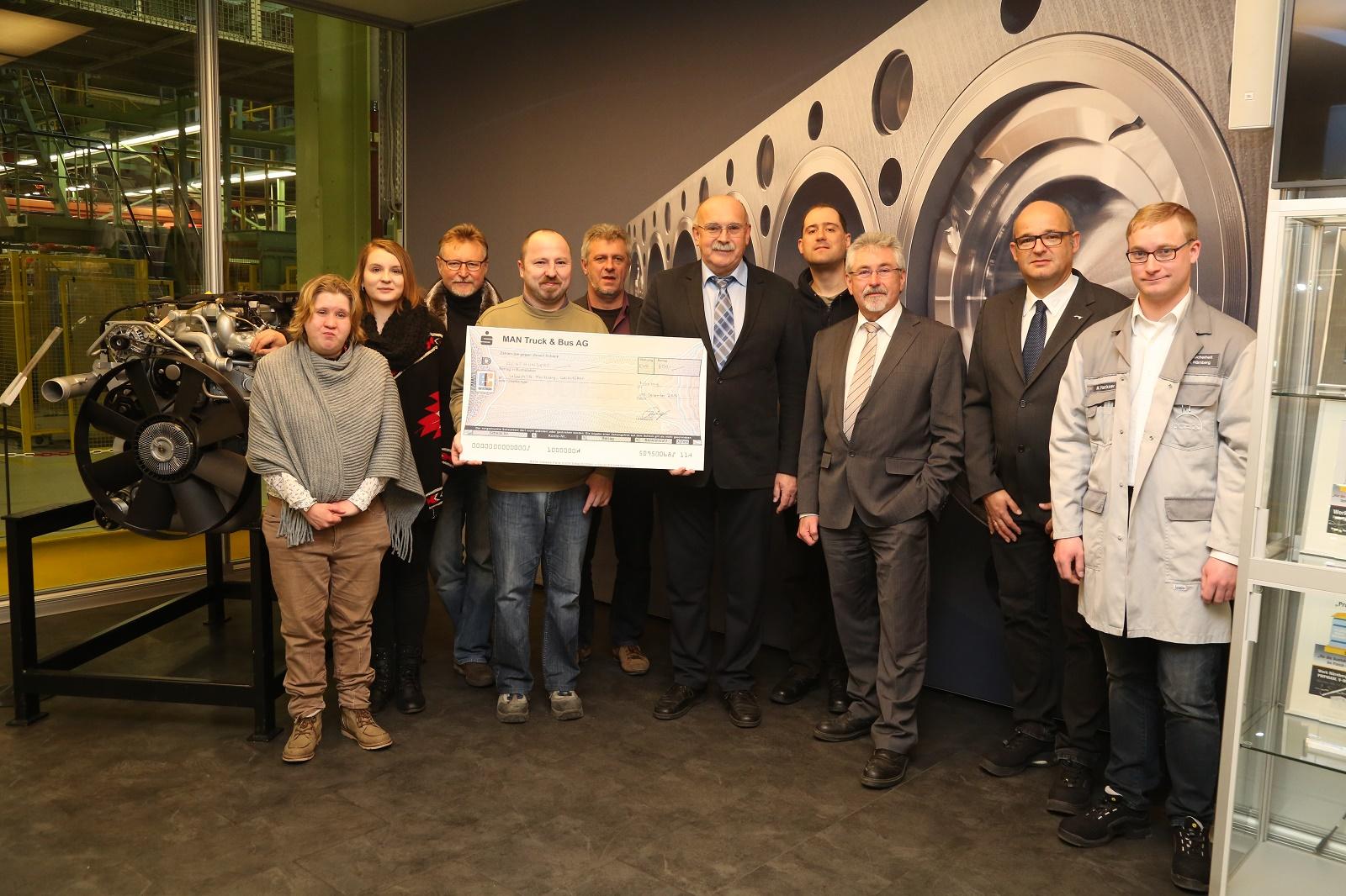 """Die MAN Nürnberg spendete das Preisgeld des Präventionspreises """"Schlauer Fuchs"""" der Berufsgenossenschaft Holz und Metall. Ausgezeichnet wurde die MAN Nürnberg für ihr ganzheitliches FFZ- und Kran-Schulungskonzept: """"Gemeinsam haben wir den Preis gewonnen,"""