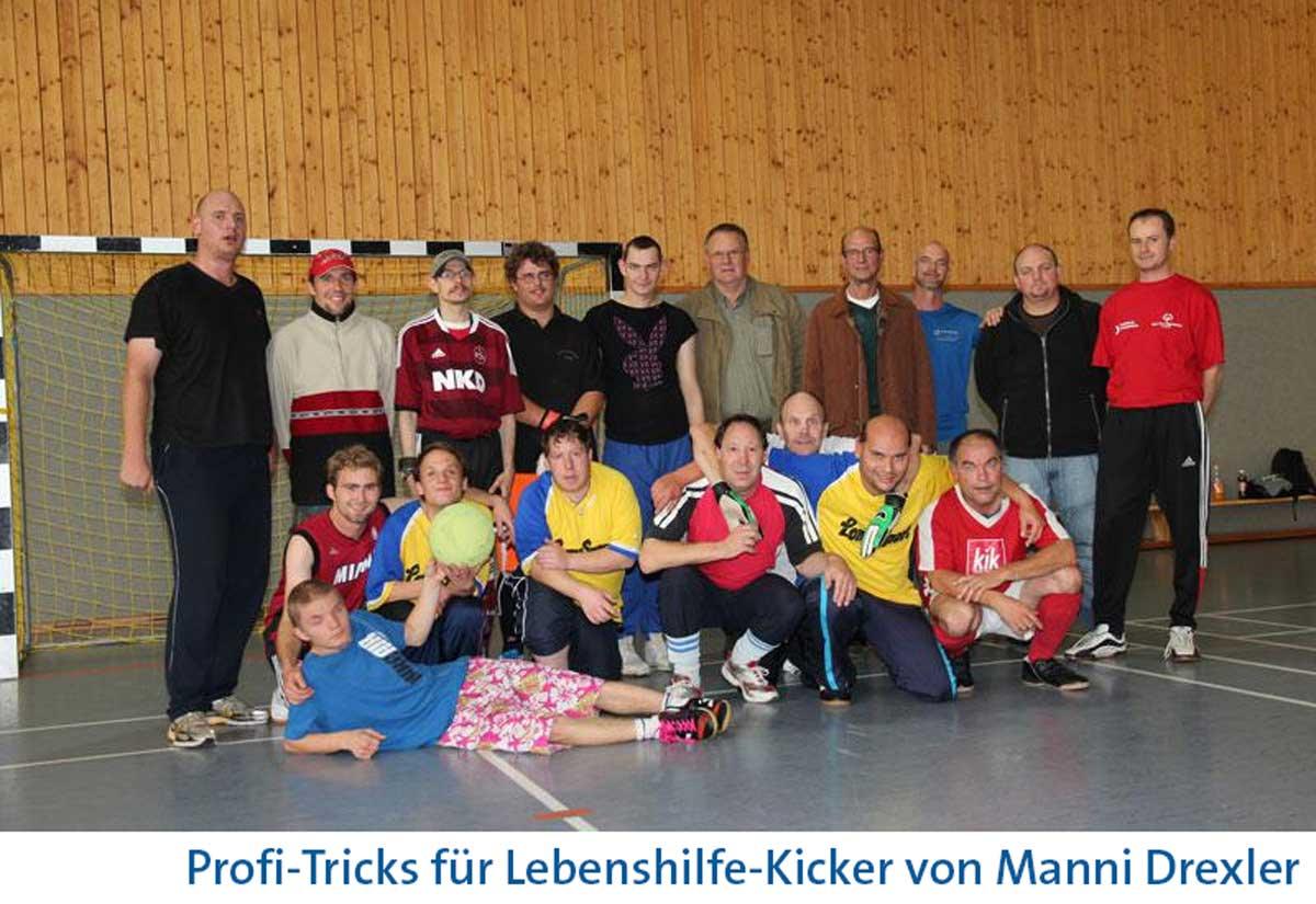 Manni Drexler spendete Lebenshilfe – ideell und praktisch. Hier beim Training in der Schul-Sporthalle Diepersdorf.