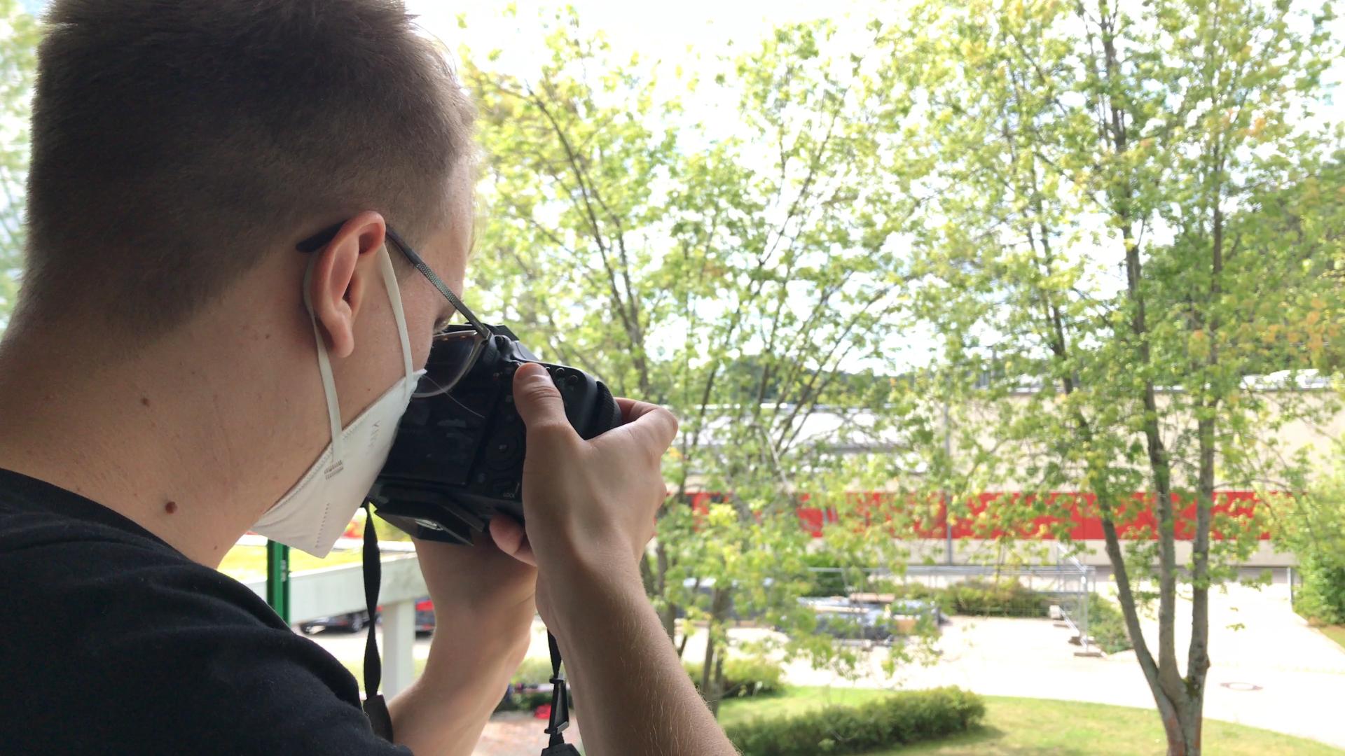 Buchstäblich ein gutes Bild machte IT-Azubi Max Dienstl als Fotograf. Szene: Hier knipst er Teilnehmer*innen des Berufsbildungsbereichs, die im September 2020 ihre 24-monatige Ausbildung begonnen haben.