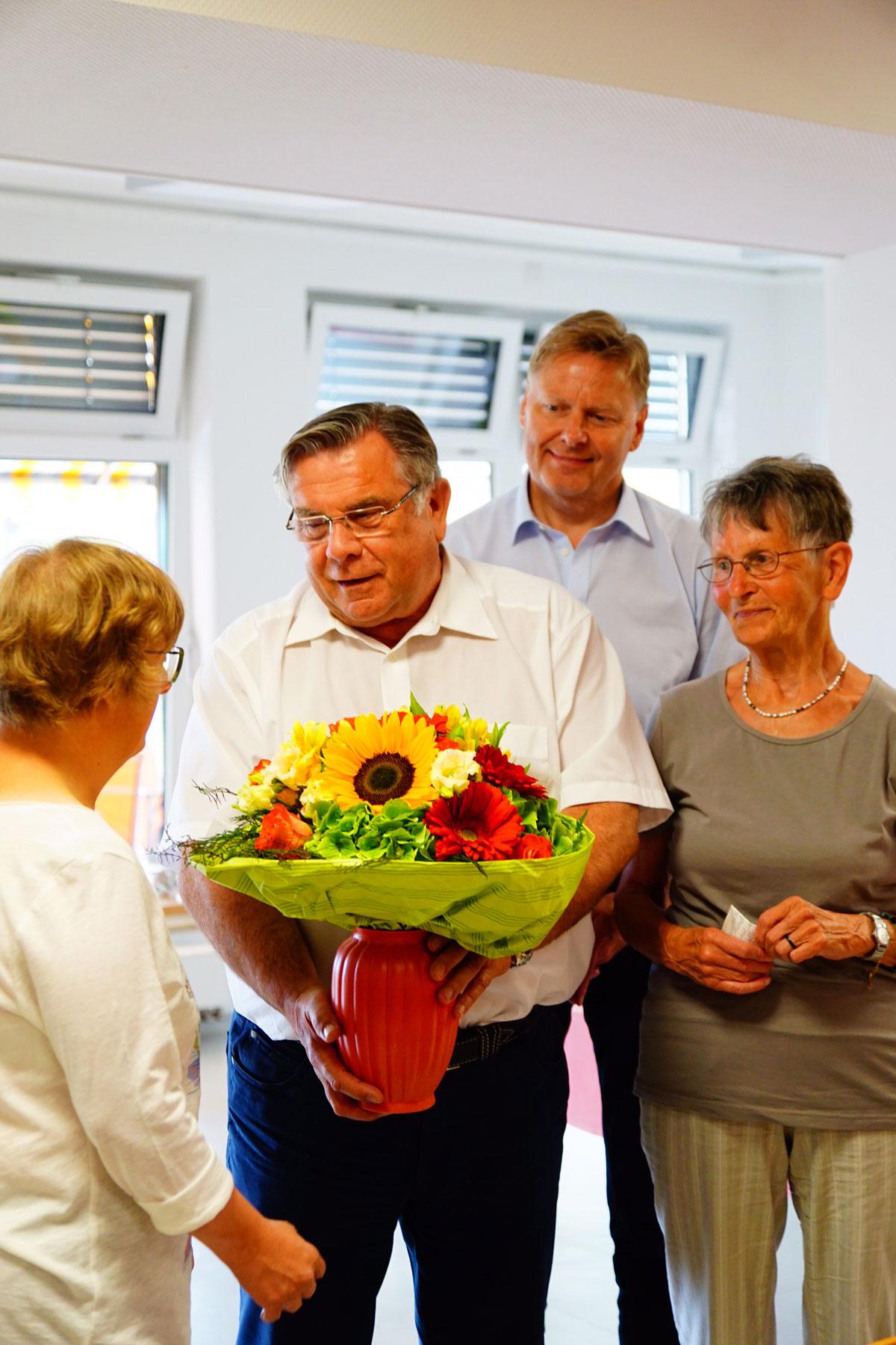 Im Namen der Lebenshilfe zollte Vorsitzender Gerhard John gegenüber Doris Heinritz und Warja Dold, die das Theaterprojekt der Lebenshilfe verantworten und Sonja Hoffmann als Darstellerin bei Proben und Auftritten vorbereitet und begleitet hatten, ein herz