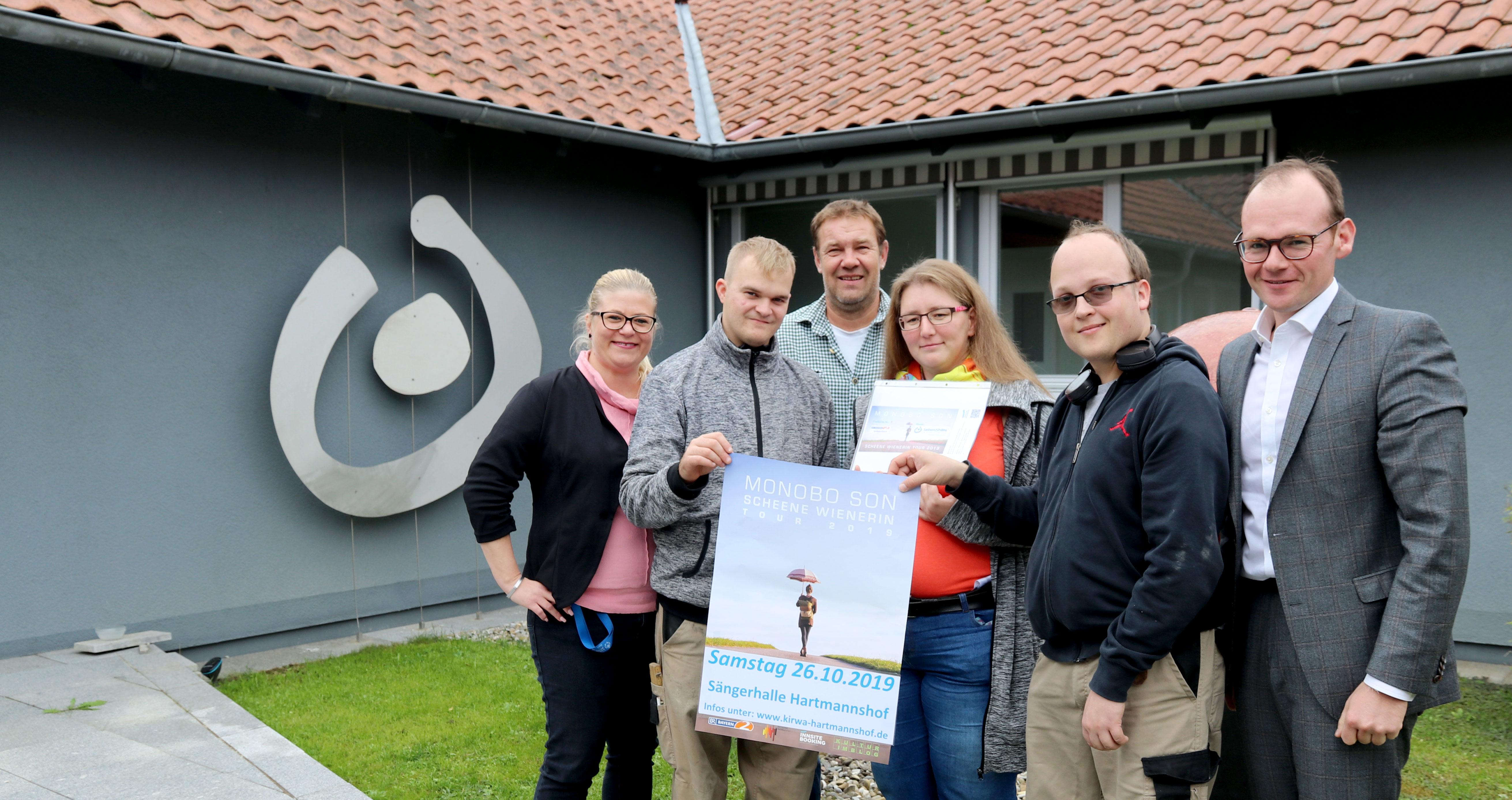 Inklusion gespendet: Konzertveranstalter Michael Müller (3.v.l.) spendete jetzt 15 Konzerttickets für Menschen mit Handicap für das Monobo Son-Konzert am 26.10.19, Hartmannshof.