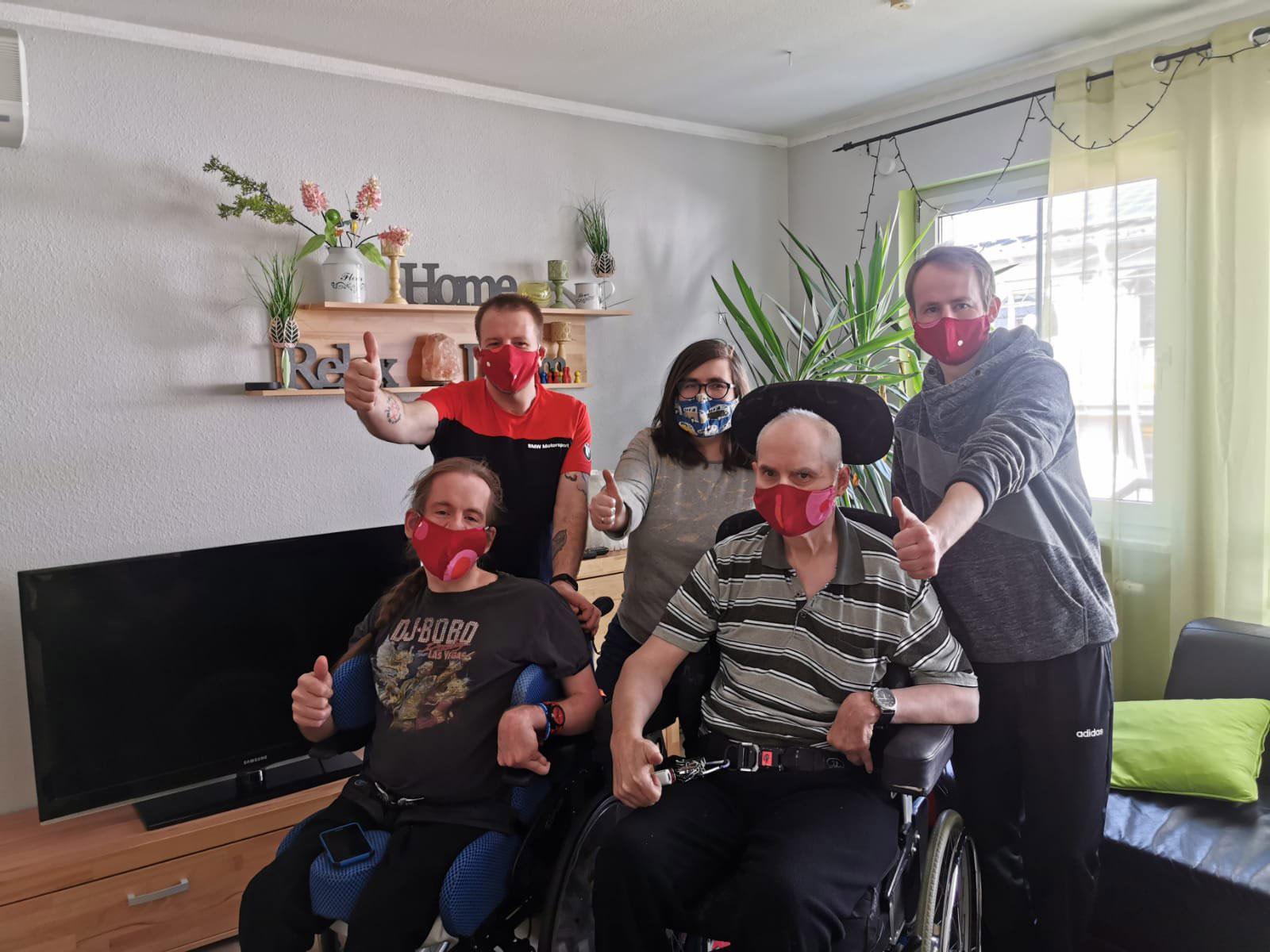 Glückliche (verdeckte) Gesichter aus unserem Wohnheim: Viele fleißige Näherinnen und Näher hatten die Lebenshilfe Nürnberger Land unterstützt und in 11 Tagen 1000 Masken genäht.