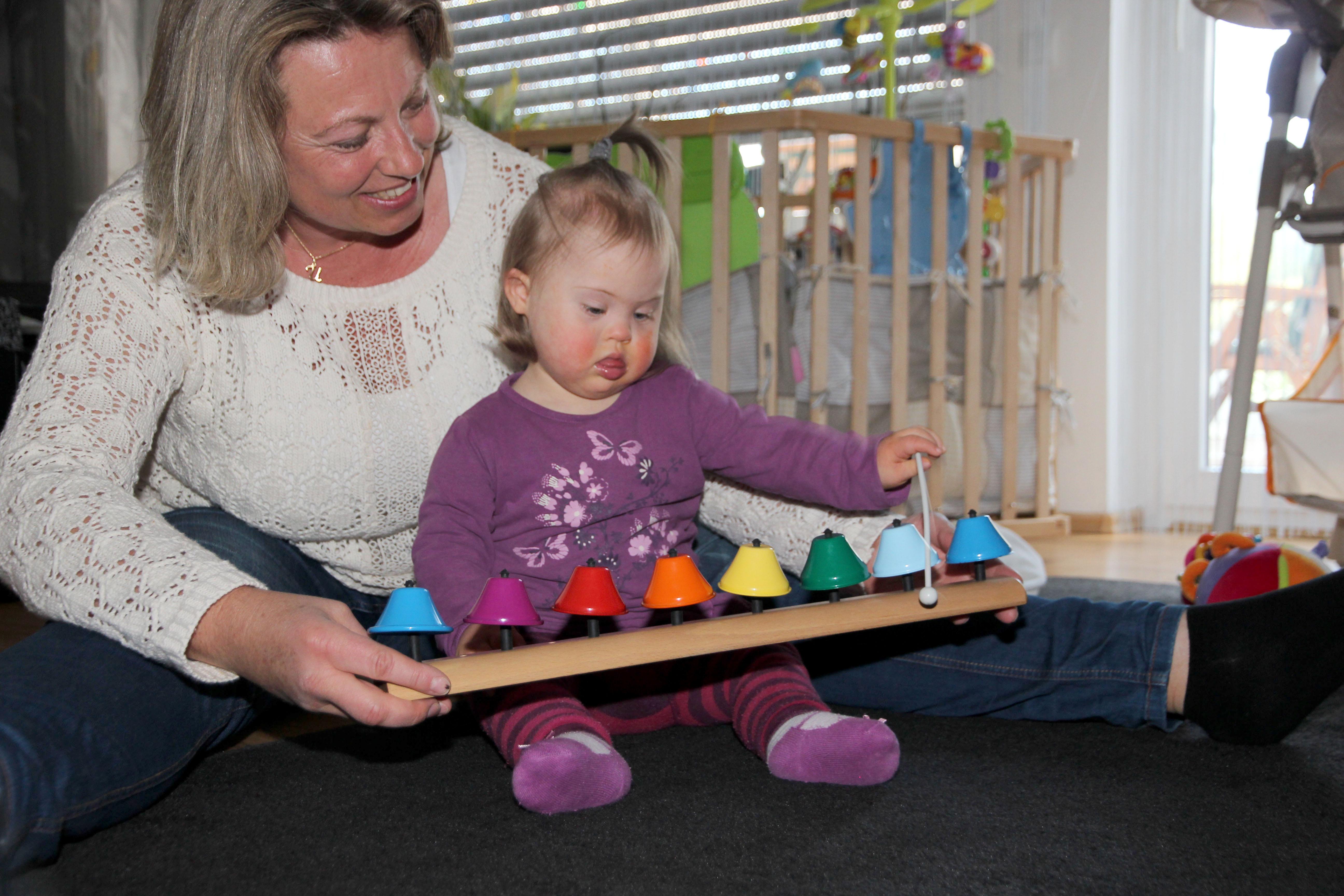 Auch die kleine Neomi wurde im ersten Jahr Daheim durch die Therapeutin der Frühförderung unterstützt.