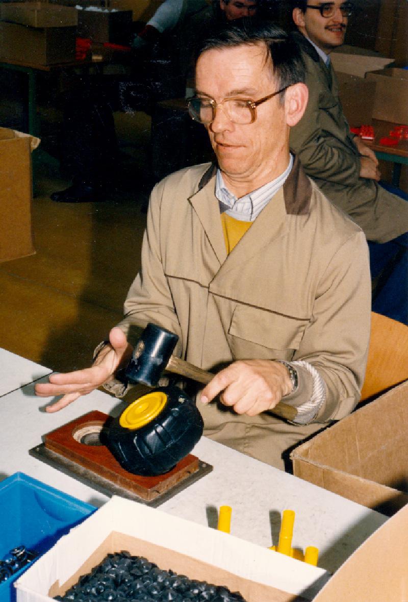 Über fünfundzwanzig Jahre war Mahlich in der Produktion der Lebenshilfe-Werkstätten beschäftigt, Foto/Archiv: 1987, Moritzberg-Werkstätten.