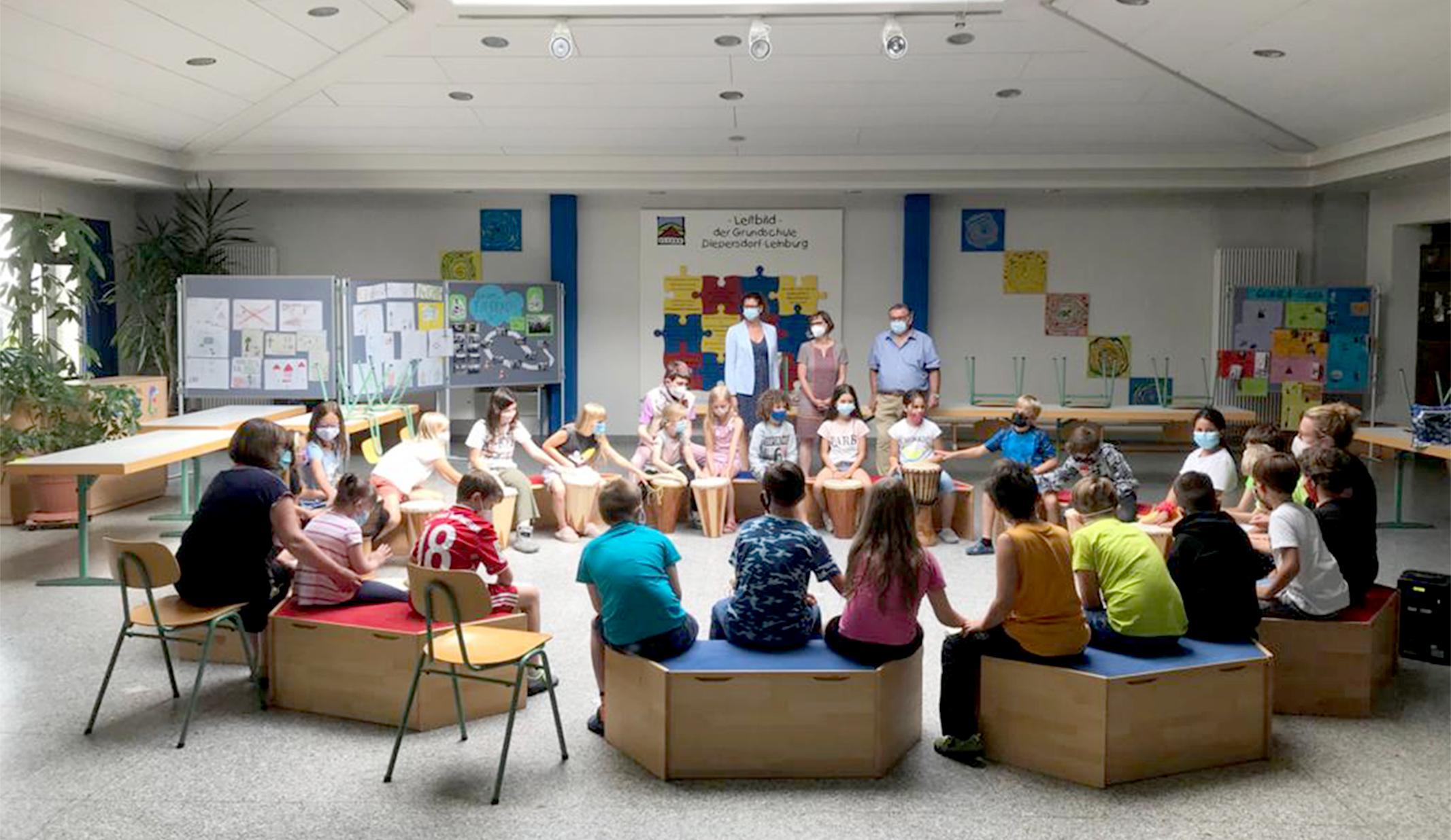 """Mit dem beliebten Bewegungslied """"So A Schöner Tag"""" bedankten sich die Lehrerinnen und alle Schüler*innen gegenüber Gerhard John musikalisch für die leckere Eis-Spende. (Foto: Ulla Müller)"""