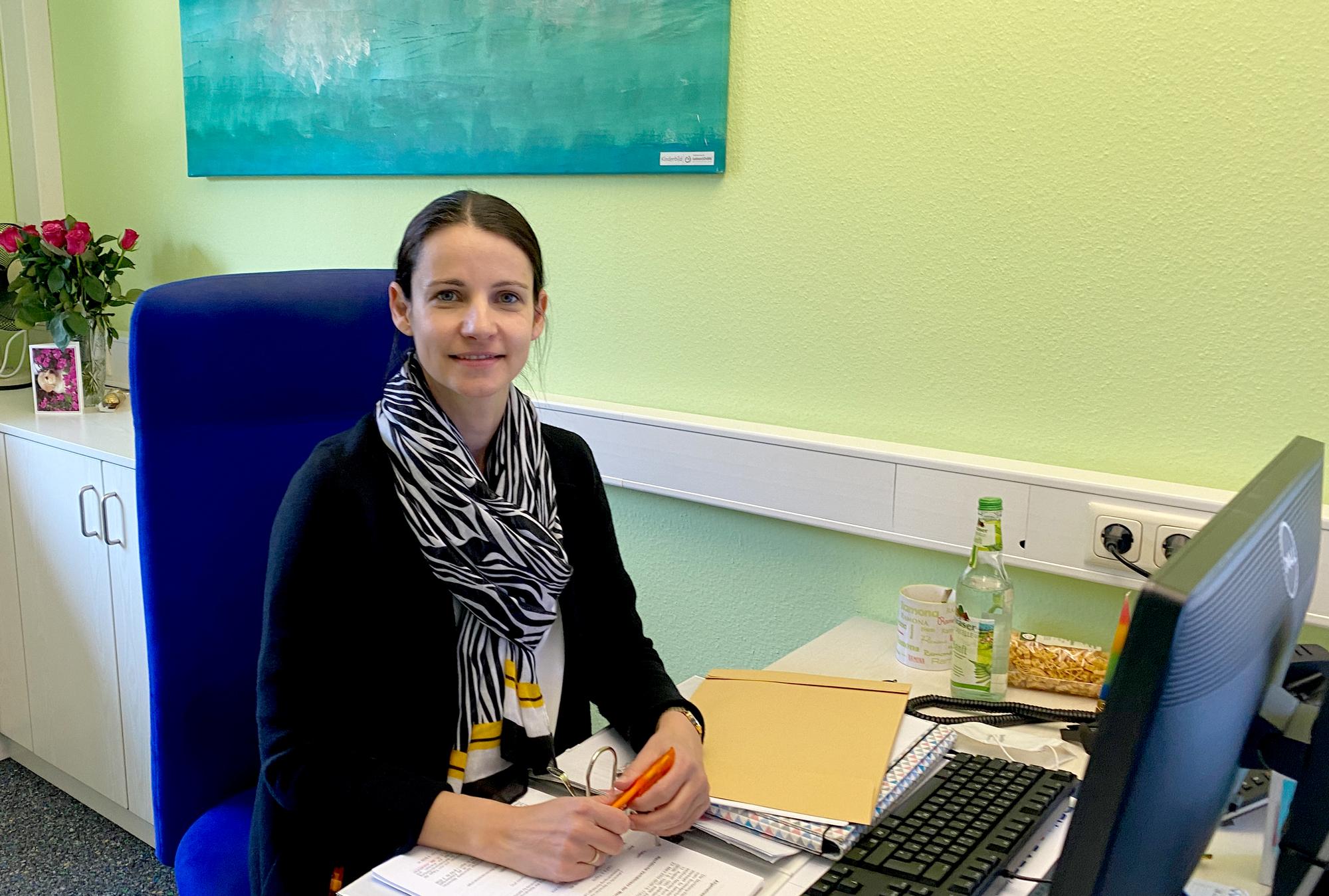 """Traumnote und Übernahme: Teilzeitkraft Ramona von der Lehr hier in ihrem Büro. """"Meine Arbeit macht mir großen Spaß!"""""""